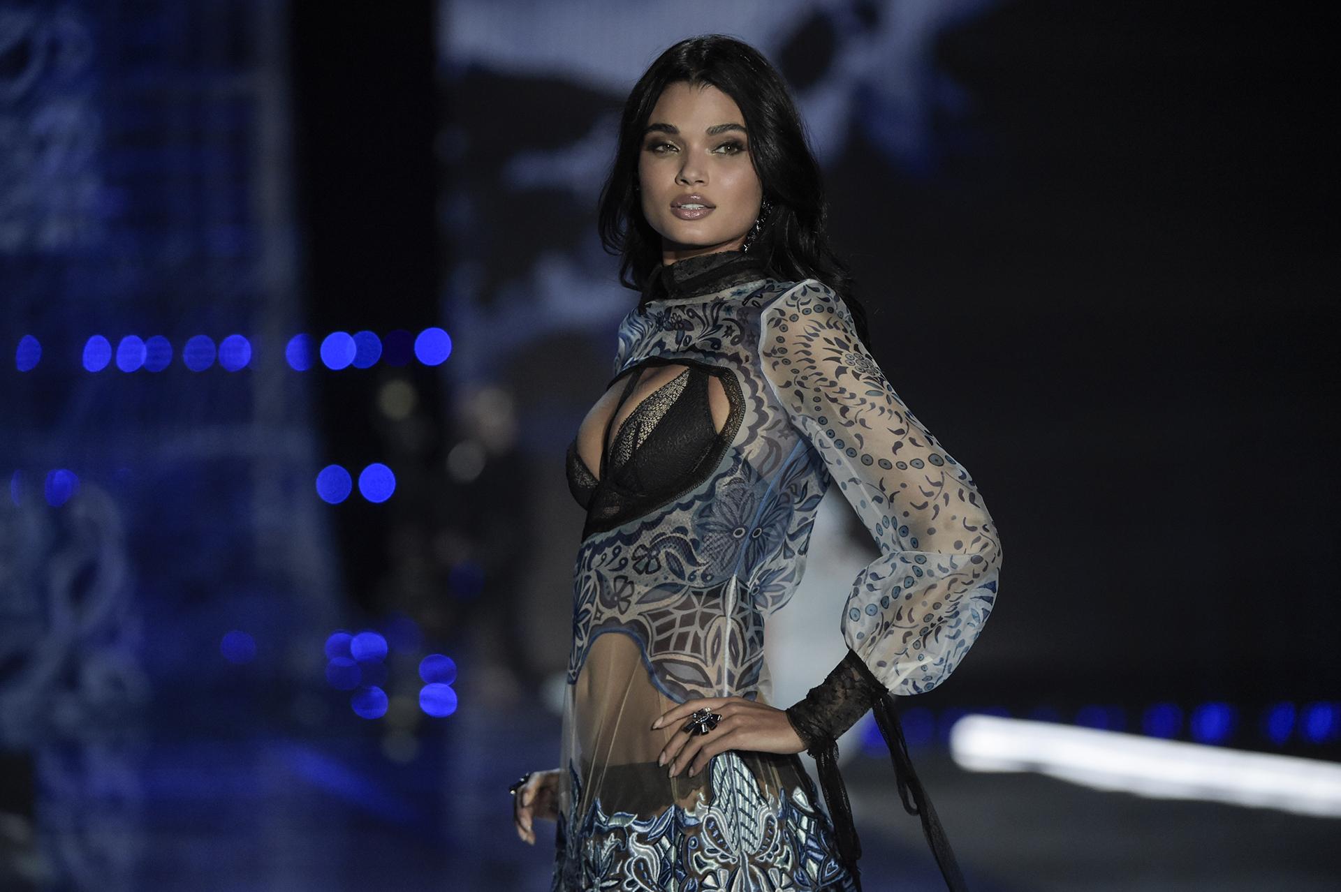 Las modelos latinas también se lucieron en el fashion show: desde Brasil, Daniela Braga, cautivó con su espectacular belleza