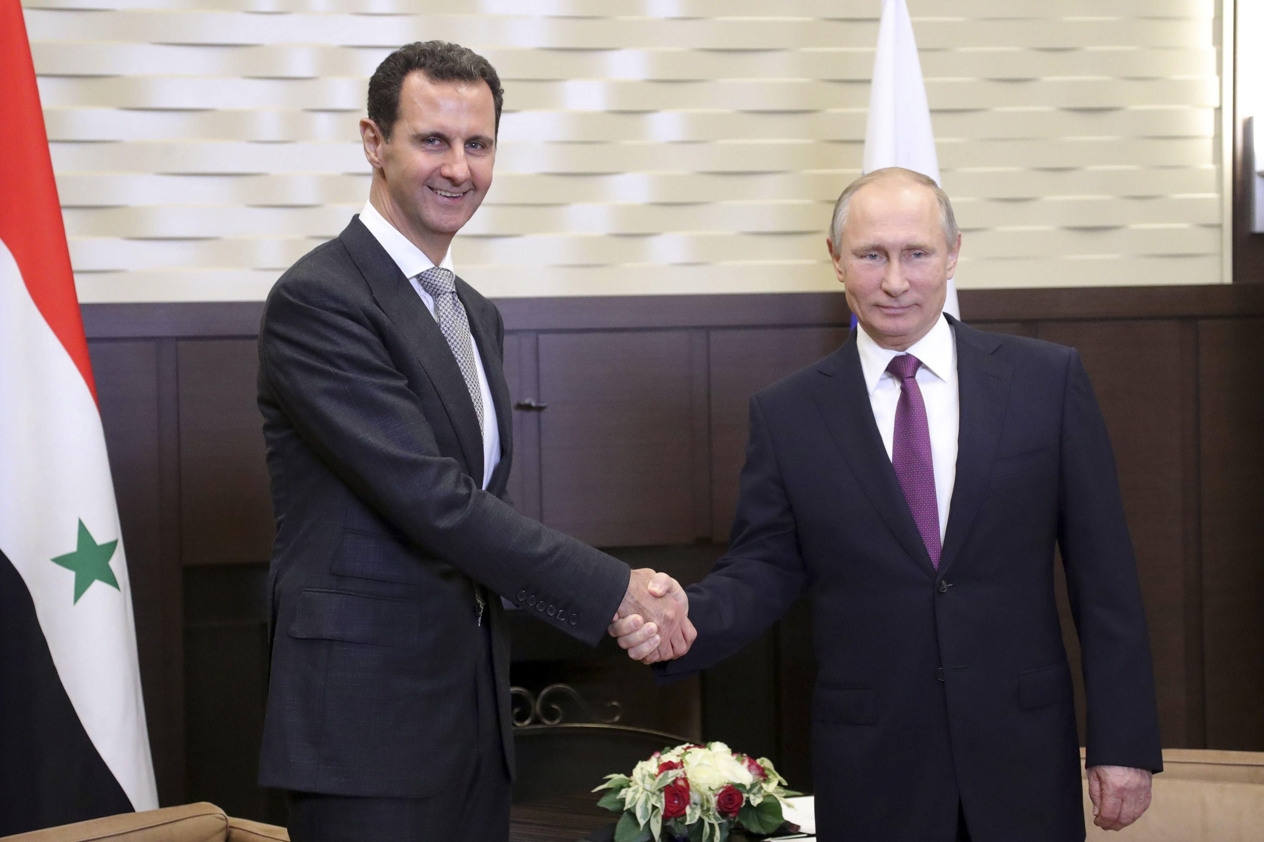 El presidente ruso Vladimir Putin y su par sirio Bashar Al Assad durante la reunión que mantuvieron en Sochi, Rusia. el 20 de noviembre 2017 (Reuters)