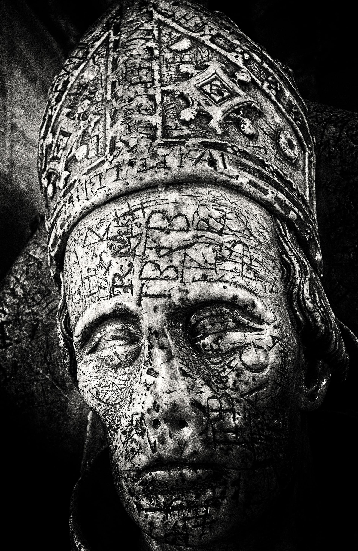 Una escultura de Ralph of Shrewsbury, obispo de Bath y Wells, muerto en 1363.