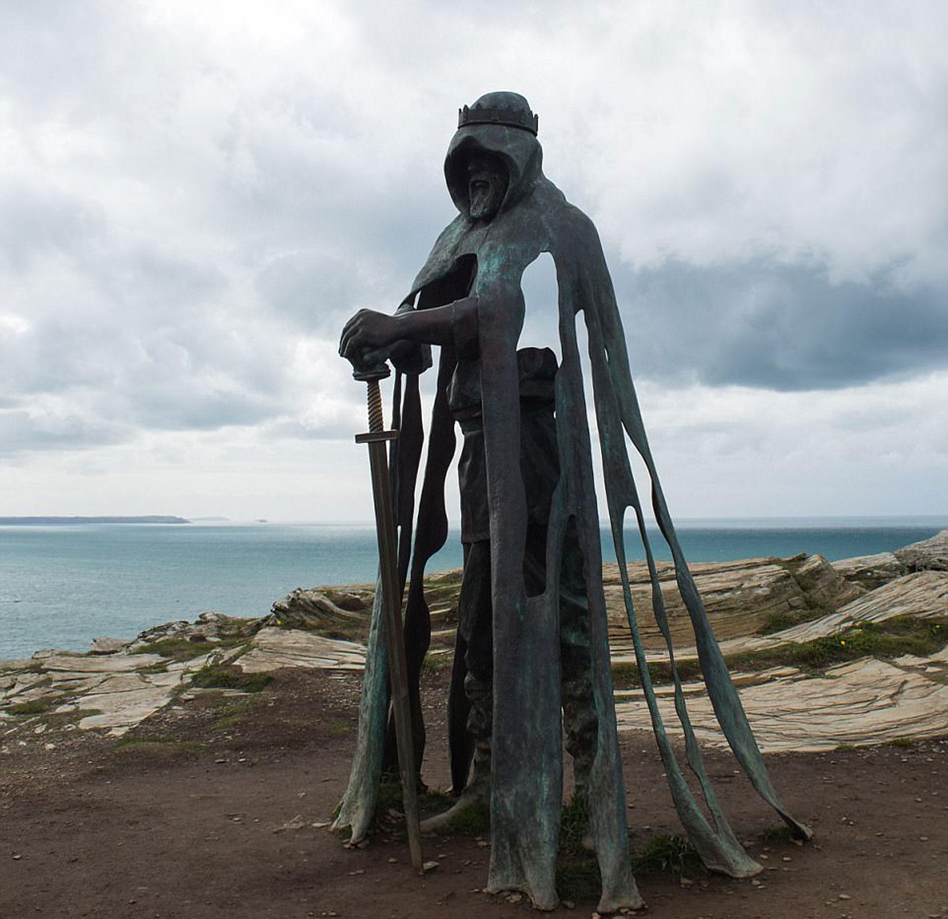 """Tintagel Castle por Marge Losasso. La estatua es de Gallos, que significa """"poder"""" en el dialecto de Cornwall, Reino Unido"""