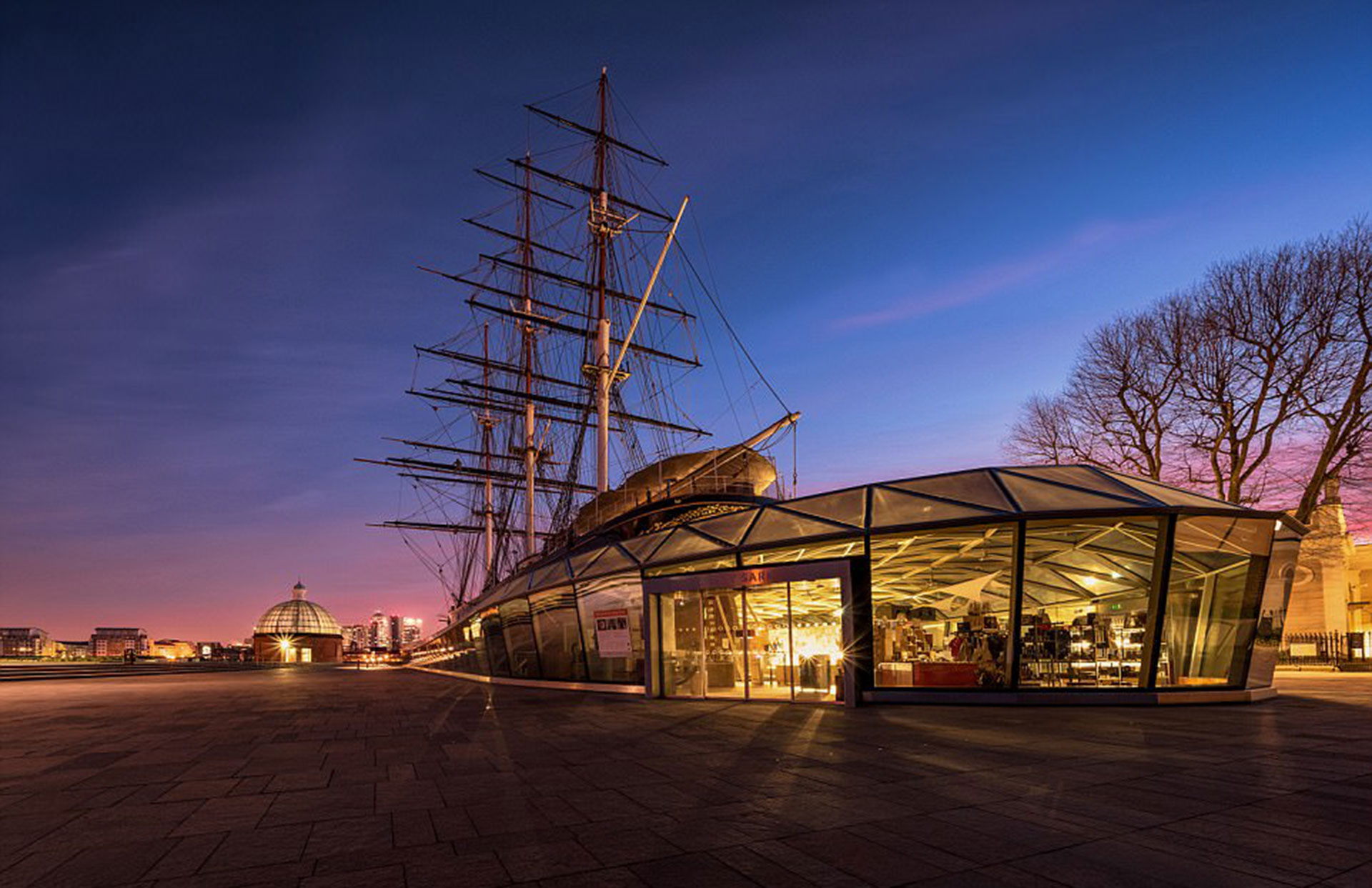 Cutty Sark por Mathew Browne. Se trata de un barco británico construido en 1869 contrastado con la arquitectura moderna