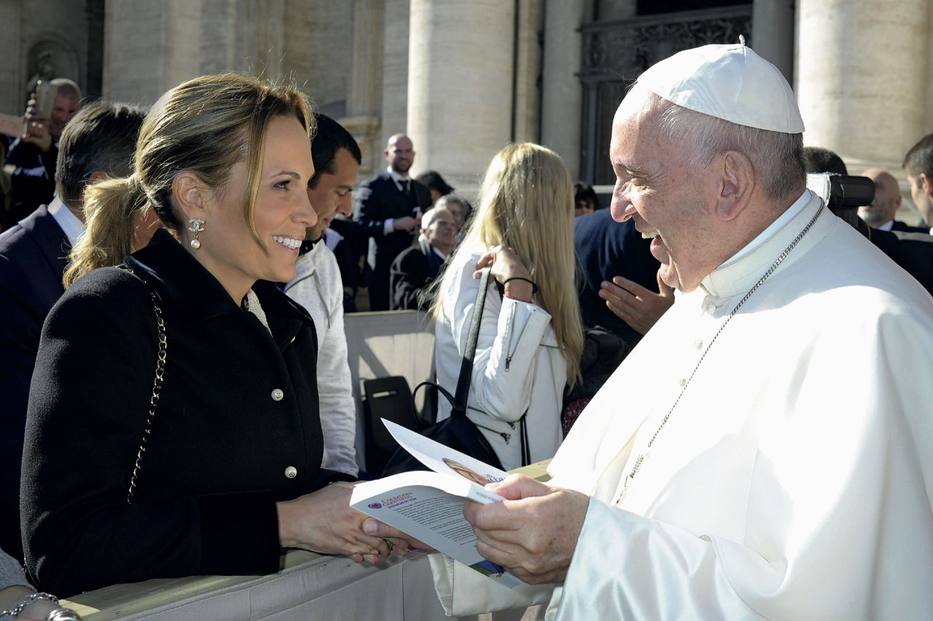 Natalia Denegri le entrega su libro al papa Francisco. Foto: Enrique Tubio