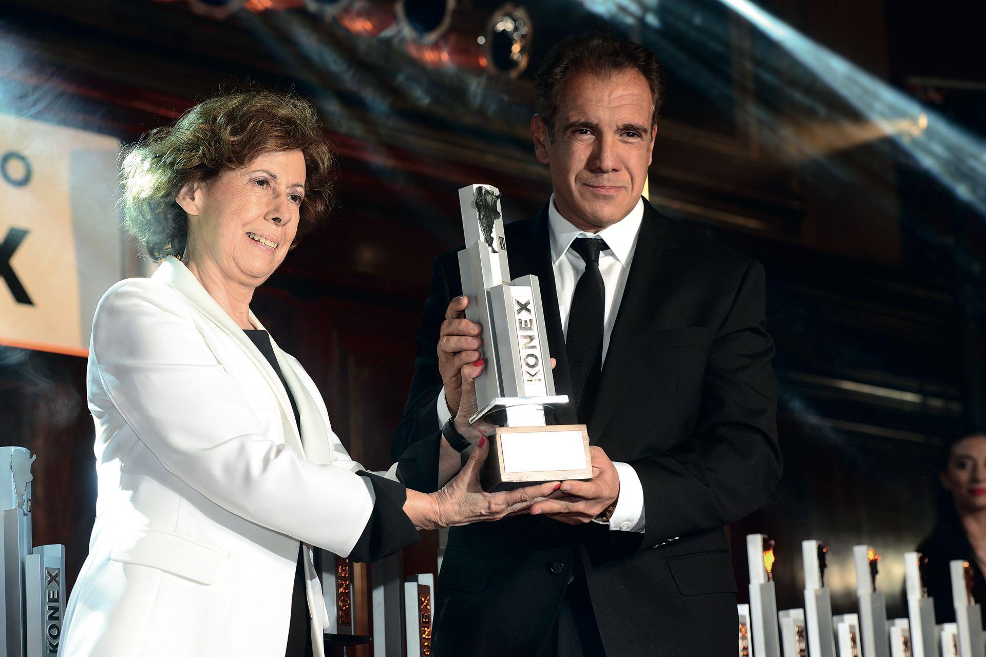 Daniel Hadadrecibe su distinciónde manosde Clara Mariño. Foto: Diego Soldini/GENTE