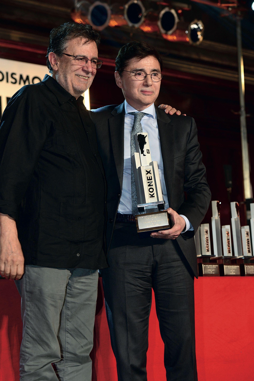 Roberto Guareschile entregó el premioa Jorge Fontevecchia(Dirección Periodística). Foto: Diego Soldini/GENTE