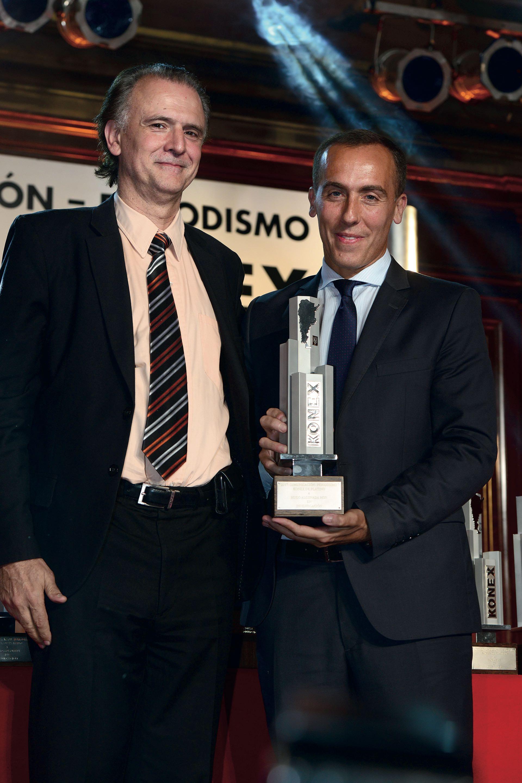El periodistaDaniel Santoro juntoal ganador en elrubro Investigación:Hugo AlconadaMon. Foto: Diego Soldini/GENTE