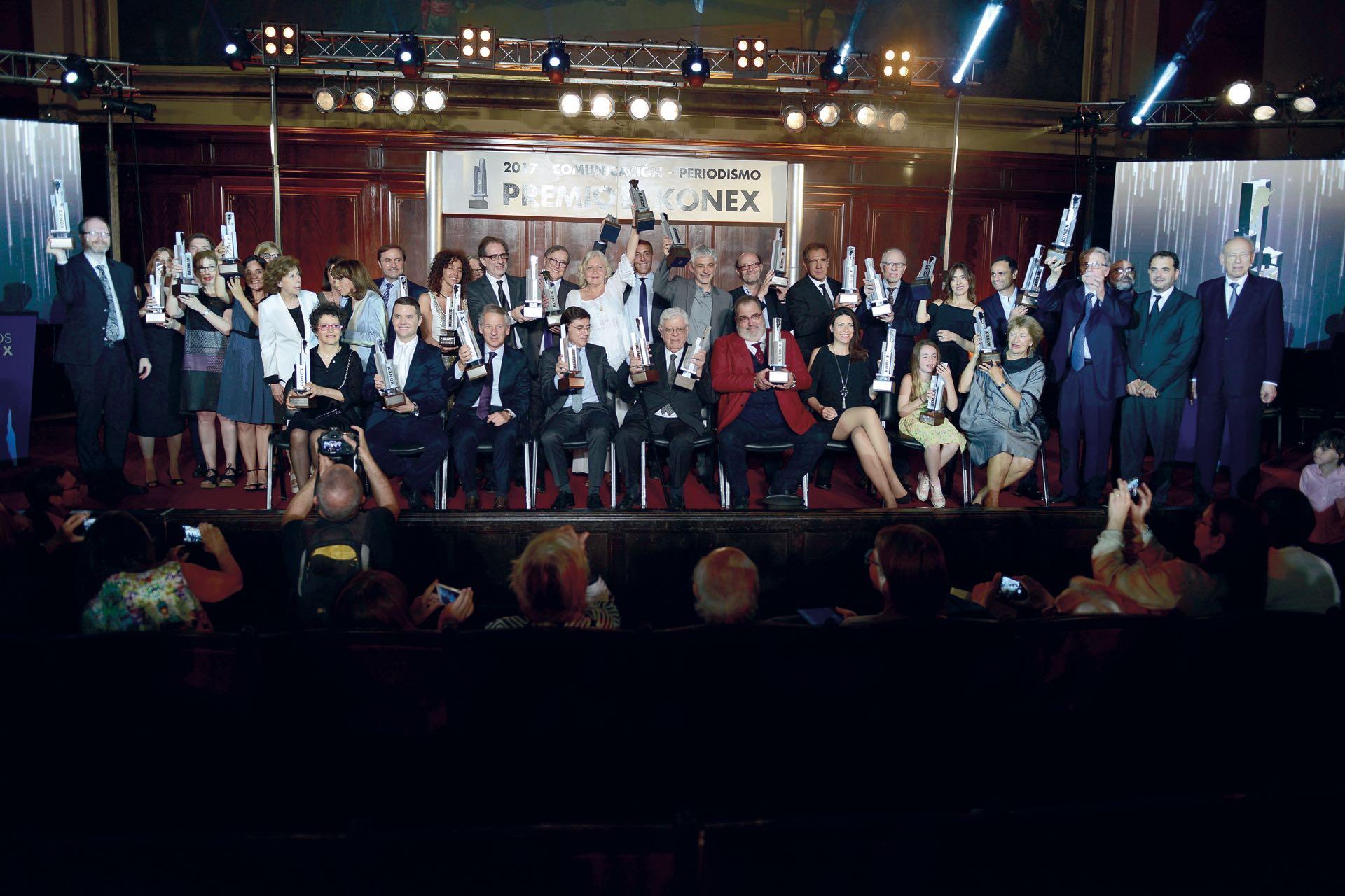 Al final de la ceremonia, realizada en la Facultad de Derechode la UBA, los galardonados posaron con sus premios sobre el escenario. En el centro, el genial Menchi Sábat, figura excluyente. Foto:Diego Soldini/GENTE