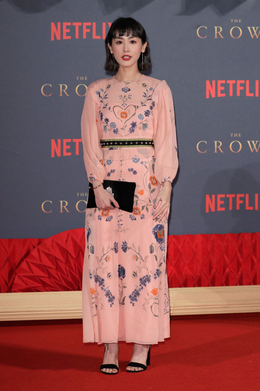 Evelyn Choi Wing-Yan, con un delicado vestido con bordados florales