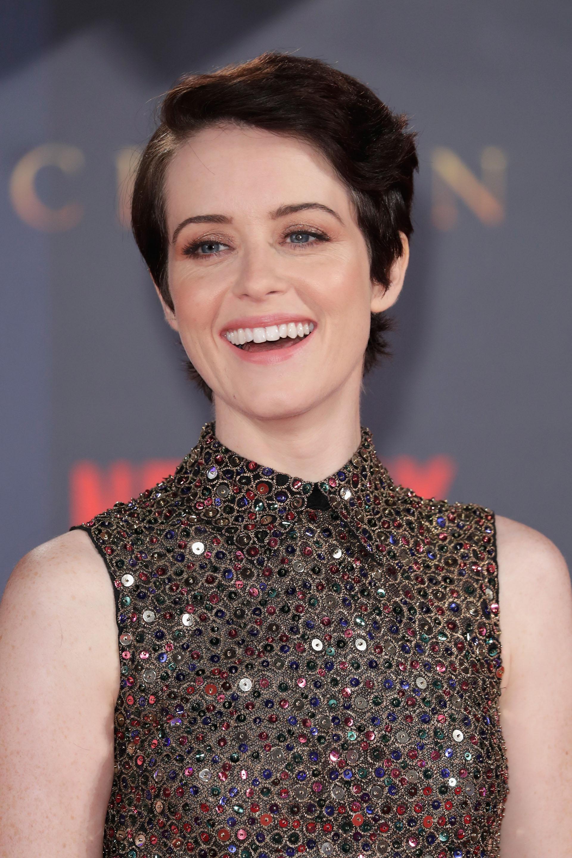 Claire Foy, la gran protagonista de la serie en la que interpreta a la reina Isabel, a su llegada al Odeon Leicester Square en Londres