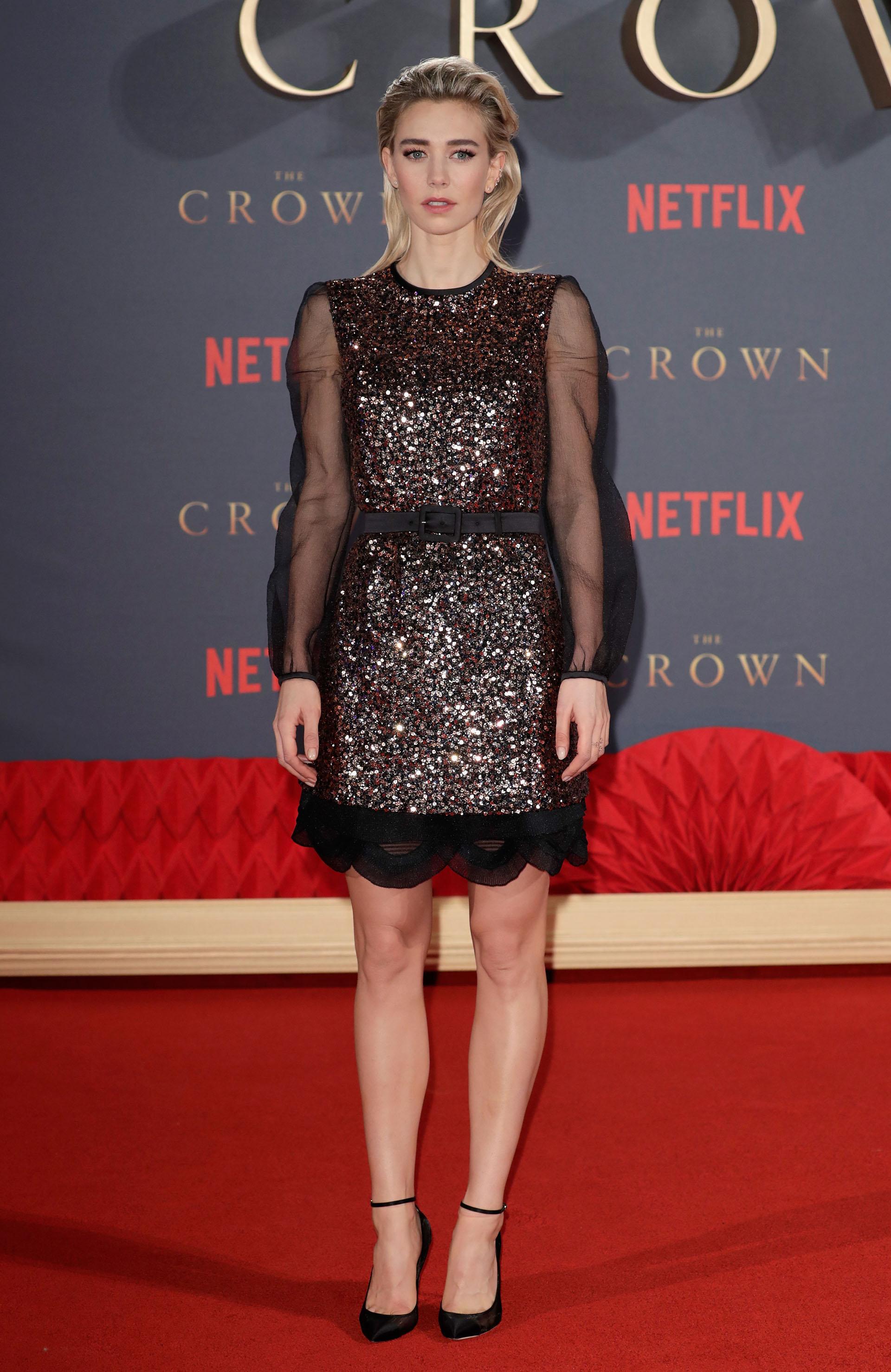 Vanessa Kirby también lució brillos sobre la red carpet aunque eligió un diseño con minifalda