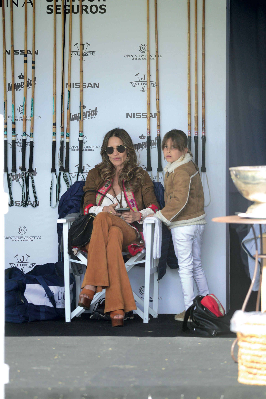 Myla, la tercera hija de Adolfito, con María Vázquez. Foto: Matías Callejo/ Diego Soldini/GENTE