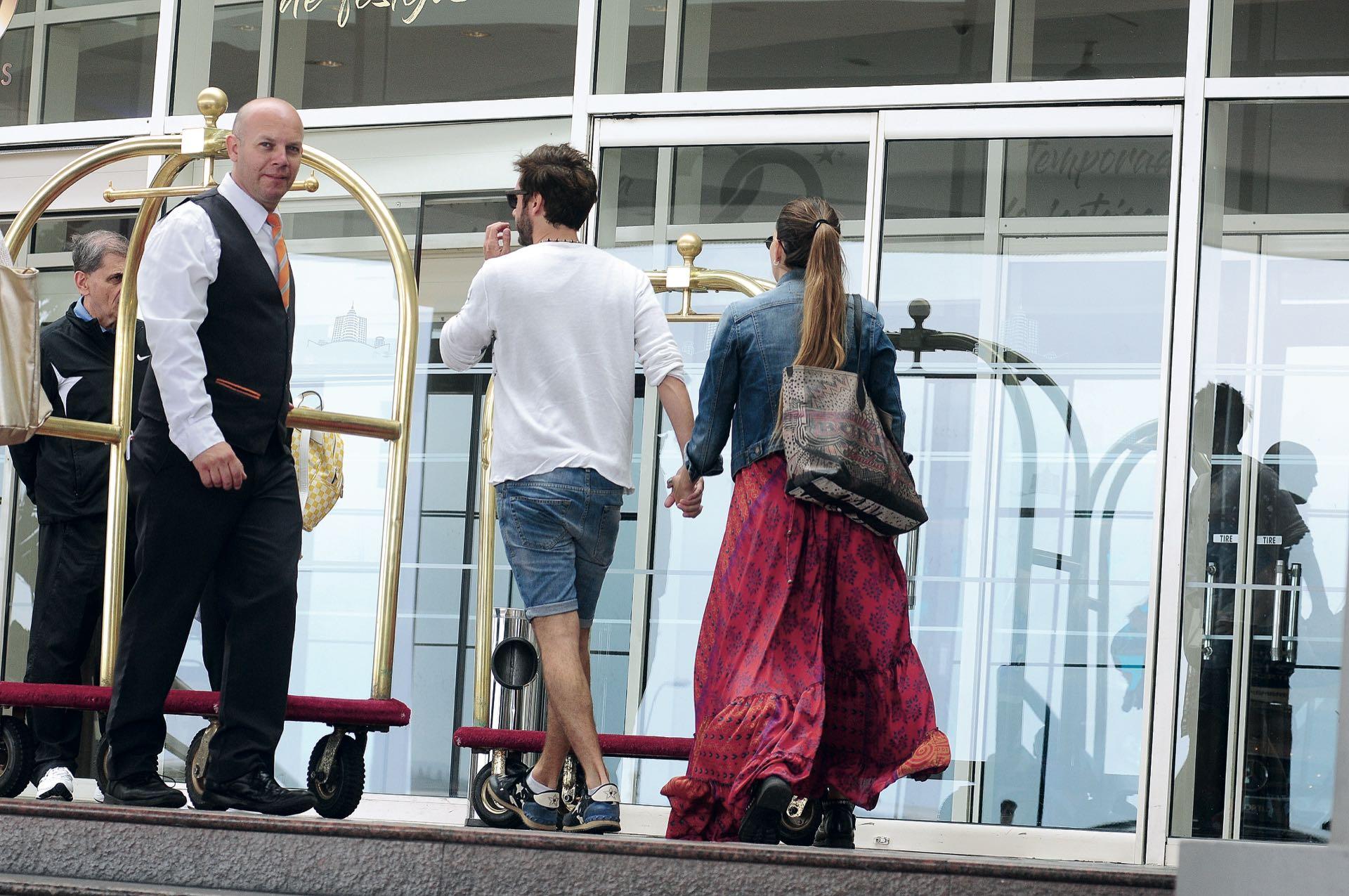 Benjamín y la China entrando al hotel para buscar a los hijos del actor que estaban con su mamá.