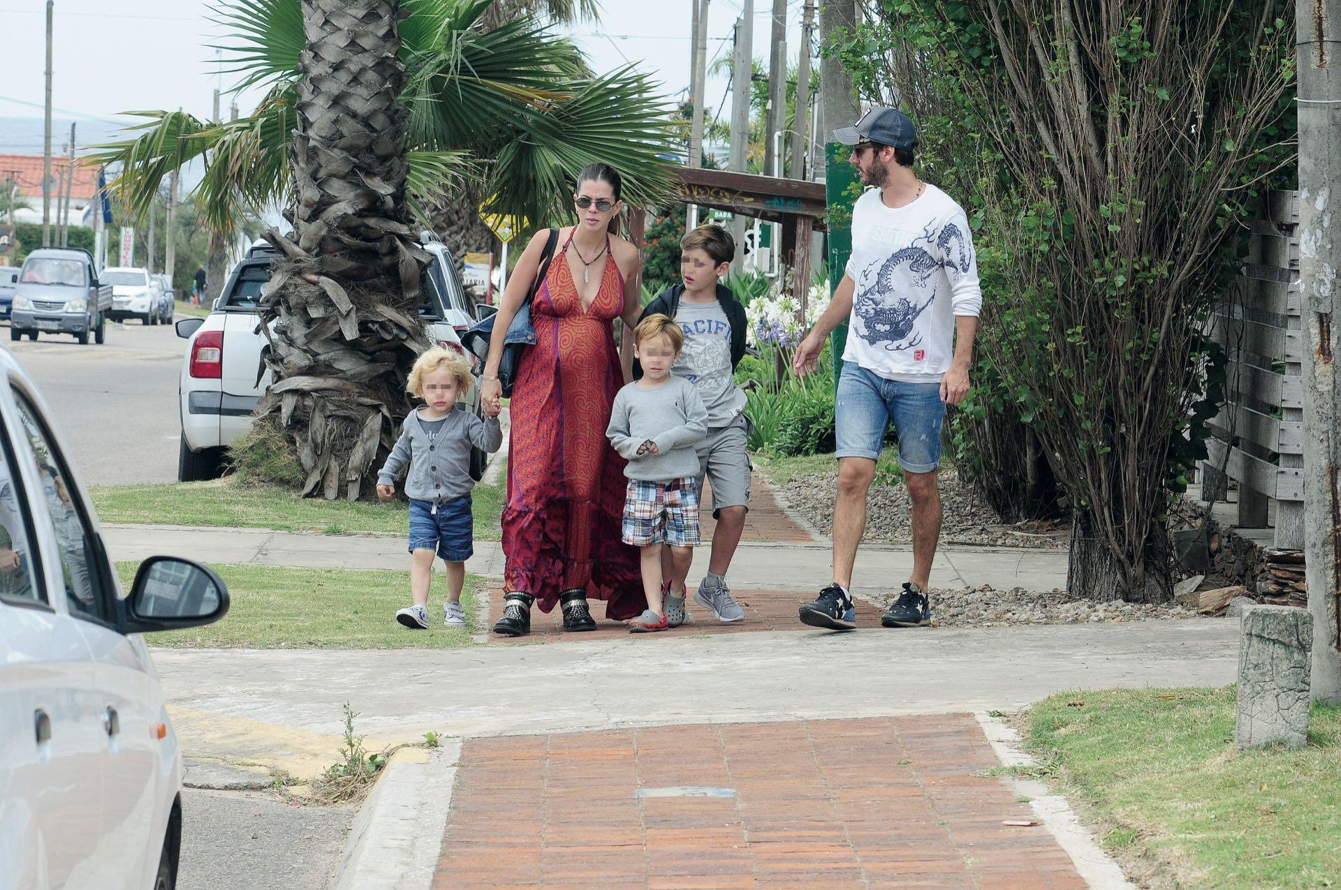 Después de los besos (y de que el más chiquito dejara de pedir upa), Bautista, Beltrán y Benicio se fueron de paseo con su papá y con la futura mamá de su hermanito.