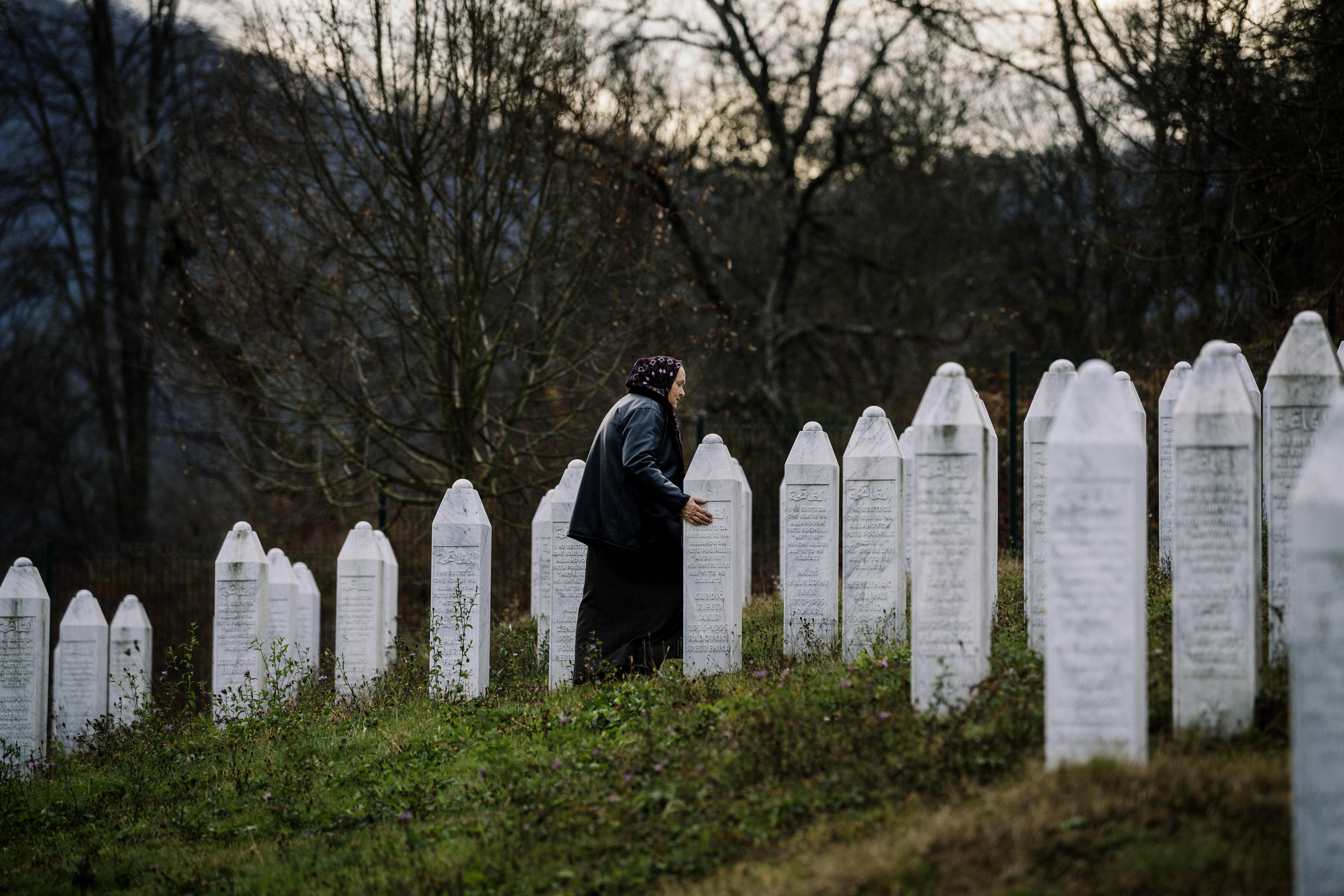 Una mujer bosnia visita el cementerio de Potocari, cerca de Srebrenica (AFP)