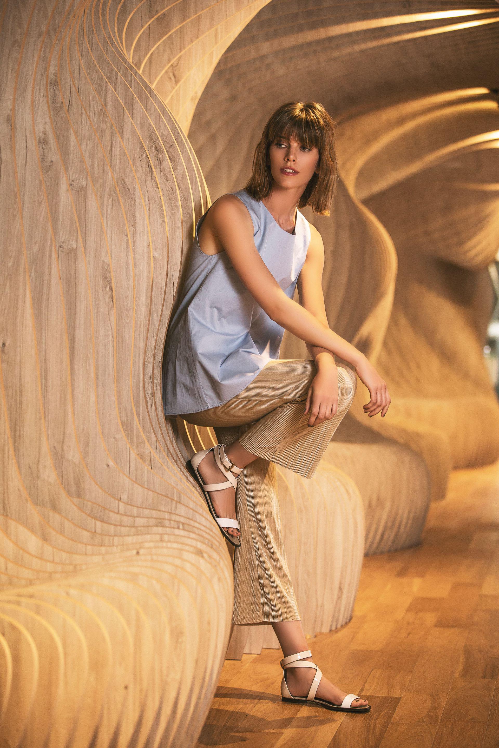 Camisa con tajos en la espalda ($ 1.920, Roma Renom), pantacourt plisado ($ 749, Peuque) y sandalias con tiras cruzadas ($ 3.780, Mishka).Foto Chino Toccalino/Para Ti