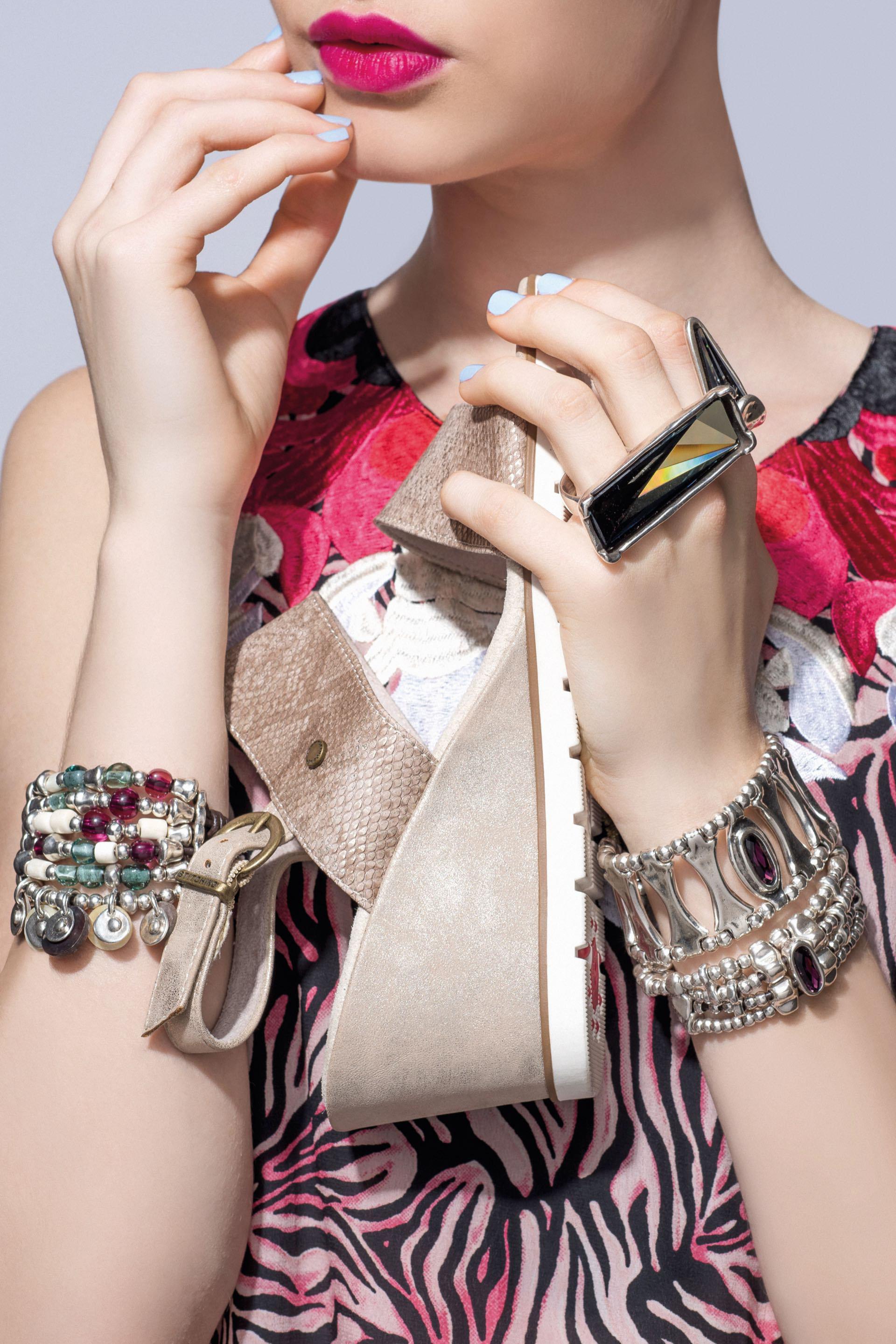 Sandalias con plataforma ($ 1.900, Stitching), anilloscon piedras y pulseras de platacon piedras (UNOde50) y vestido estampado con escote bordado ($ 3.200, Kosiuko).Foto Maia Croizet/ Para Ti