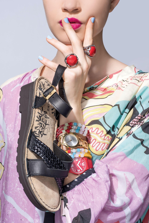 Sandalias con tiras de cuero ($ 1.900, Stitching), reloj con malla dorada ($ 8.495, Calvin Klein), relojcon malla de silicona ($ 1.995, Swatch), anillos con piedras y pulsera con elástico con mostacillas ($ 260 c/uy $ 240, India Style) y camisa estampada con manga amplia ($ 2.800, Kosiuko).Foto Maia Croizet/ Para Ti