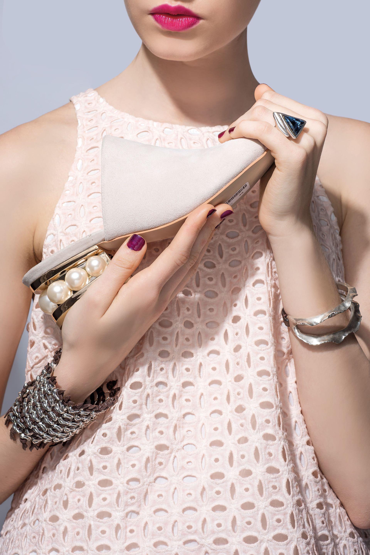 Zuecos de gamuza con perlas en el taco ($ 3.690, Saverio di Ricci), anillo con piedras y pulseras con tiras de cuero (UNOde50) y top con broderie ($ 2.100, Clara Ibarguren). Foto Maia Croizet/ Para Ti