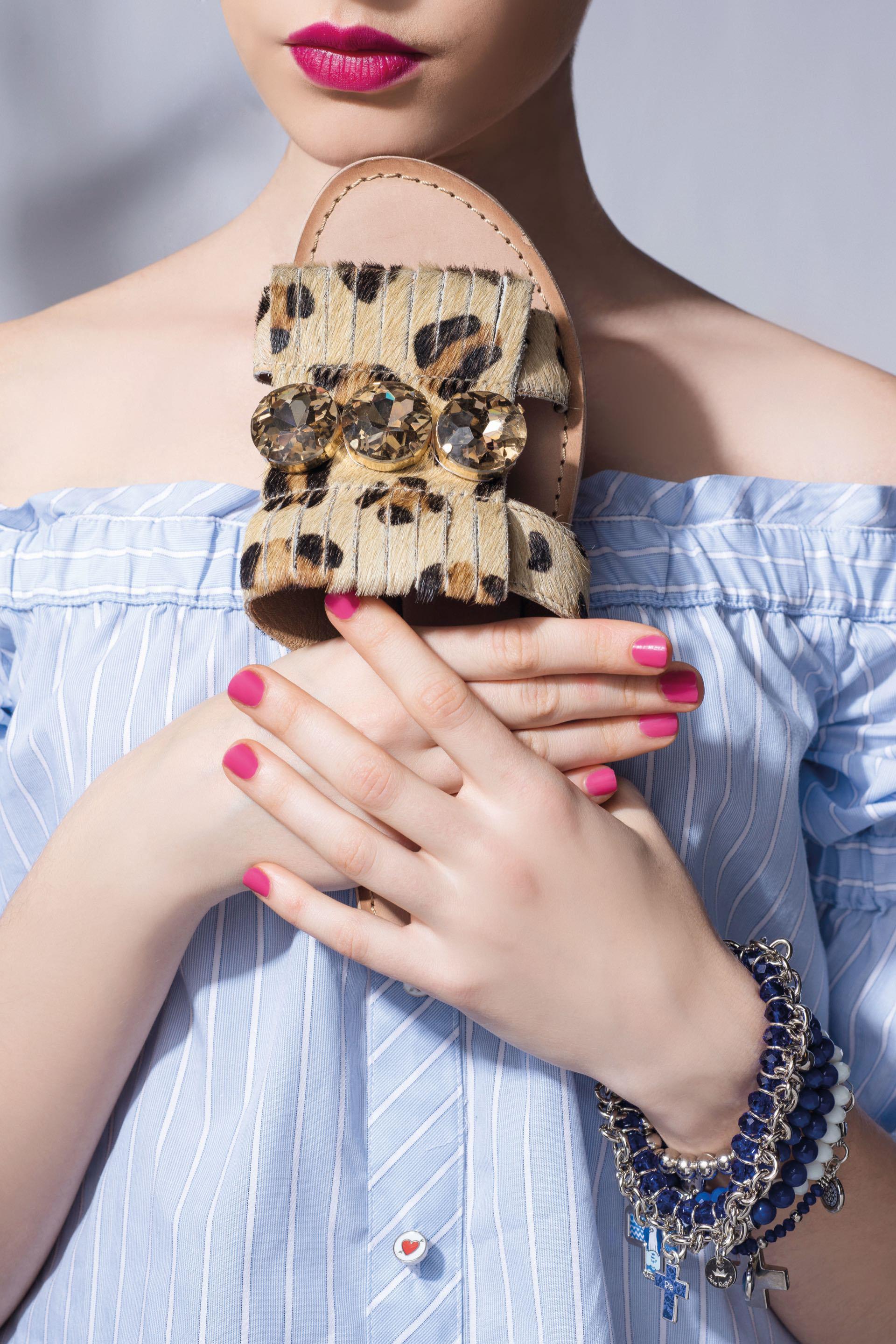 Sandalias de pelo animal print con piedras ($ 1.900,Hush Puppies), mix de pulseras (aprox. $ 250 c/u, Salve Regina)y top off the shoulder ($ 2.100, Kosiuko).Foto Maia Croizet/ Para Ti