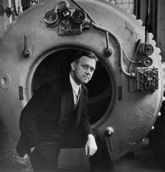Charles Momsen frente a la campana subacuática que diseñó para salvar las vidas de los tripulantes de los submarinos siniestrados