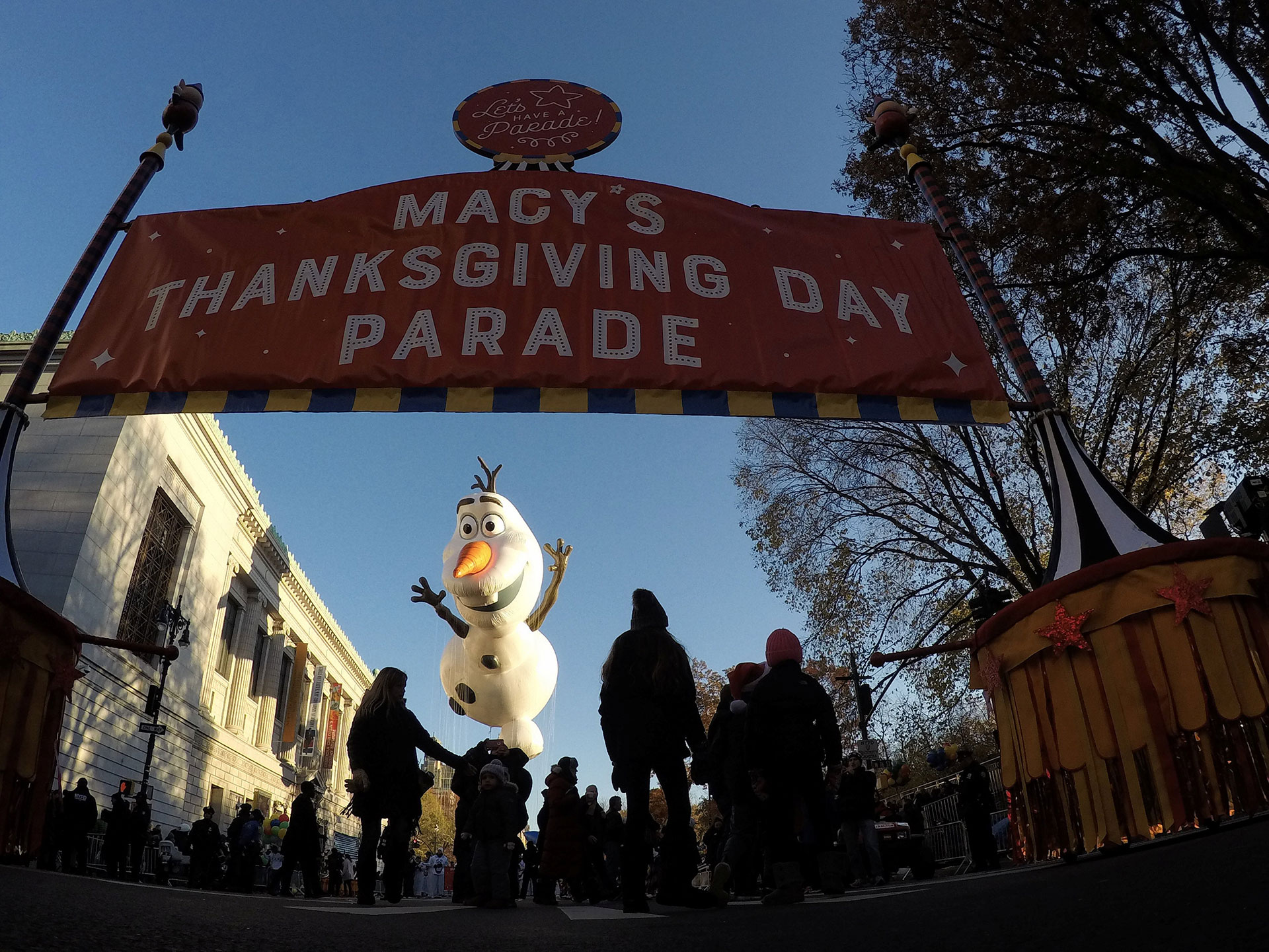 La gente llega a ver el desfile del 91º Día de Acción de Gracias de Macy's en el distrito de Manhattan de la ciudad de Nueva York, Nueva York, Estados Unidos, el 23 de noviembre de 2017 (Reuters)