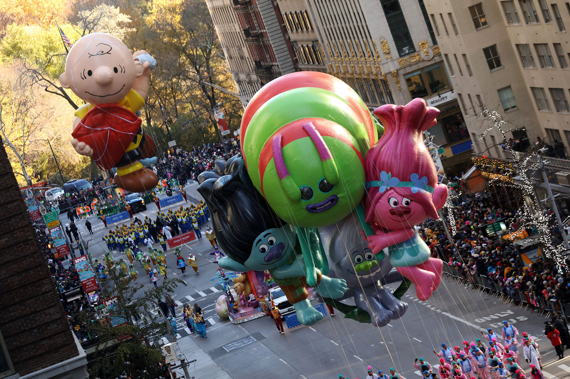 Los globos de Dream Works Animation descienden por la Sexta Avenida de Nueva York. (Reuters)