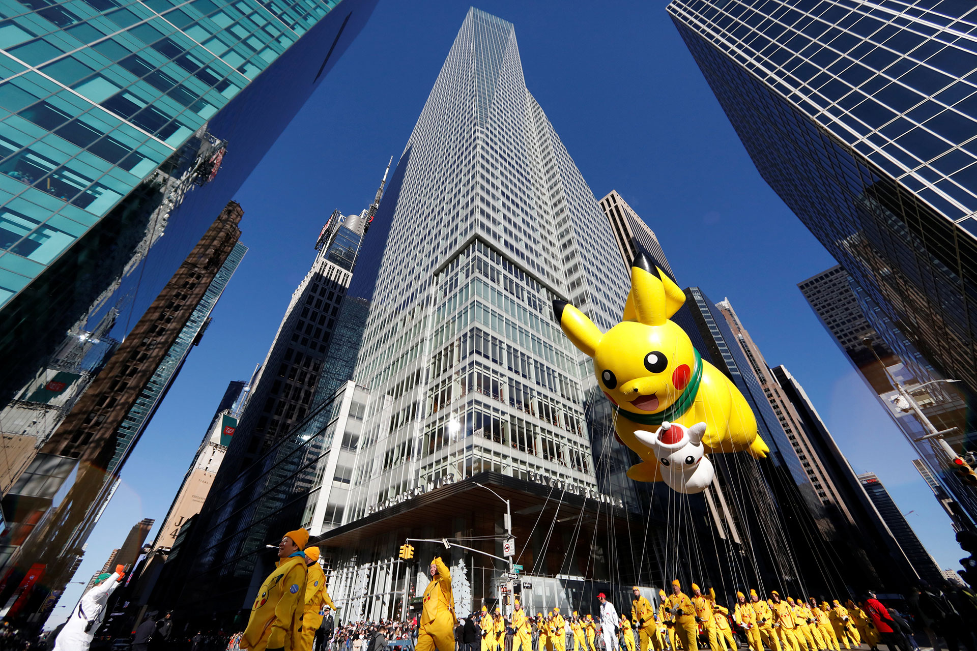 El globo de Pikachu por la Sexta Avenida de Nueva York. (Reuters)