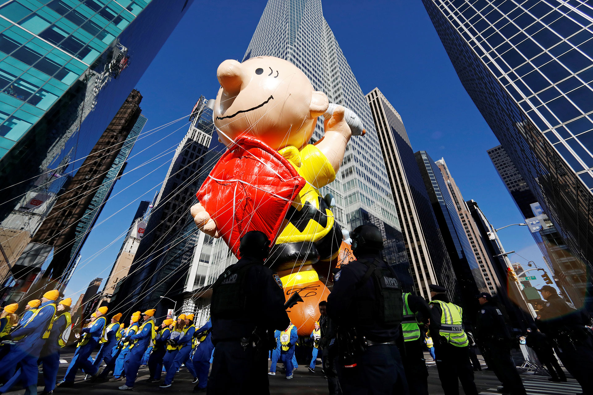 Los oficiales del Departamento de Policía de Nueva York en guardia tras el paso del globo de Charlie Brown. (Reuters)