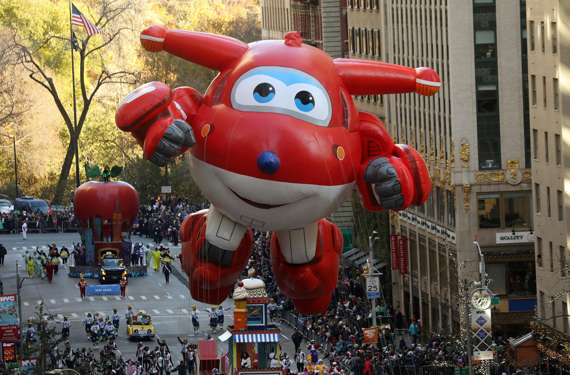 El globo de Jet de Super Wings baja por la Sexta Avenida durante el desfile del 91° Día de Acción de Gracias de Macy's en el distrito de Manhattan de la ciudad de Nueva York, The York, Estados Unidos, el 23 de noviembre de 2017. (Reuters)