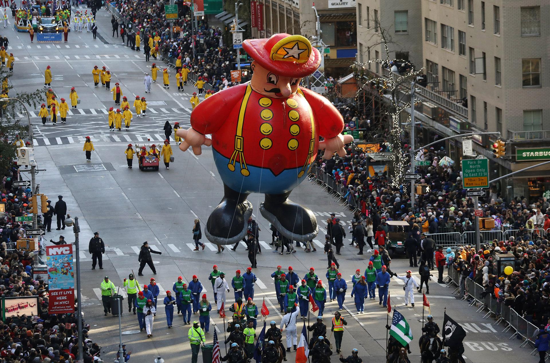 """El globo de """"Harold The Fireman"""" (El bombero Harold"""" en la Sexta Avenida de Nueva York. (Reuters)"""
