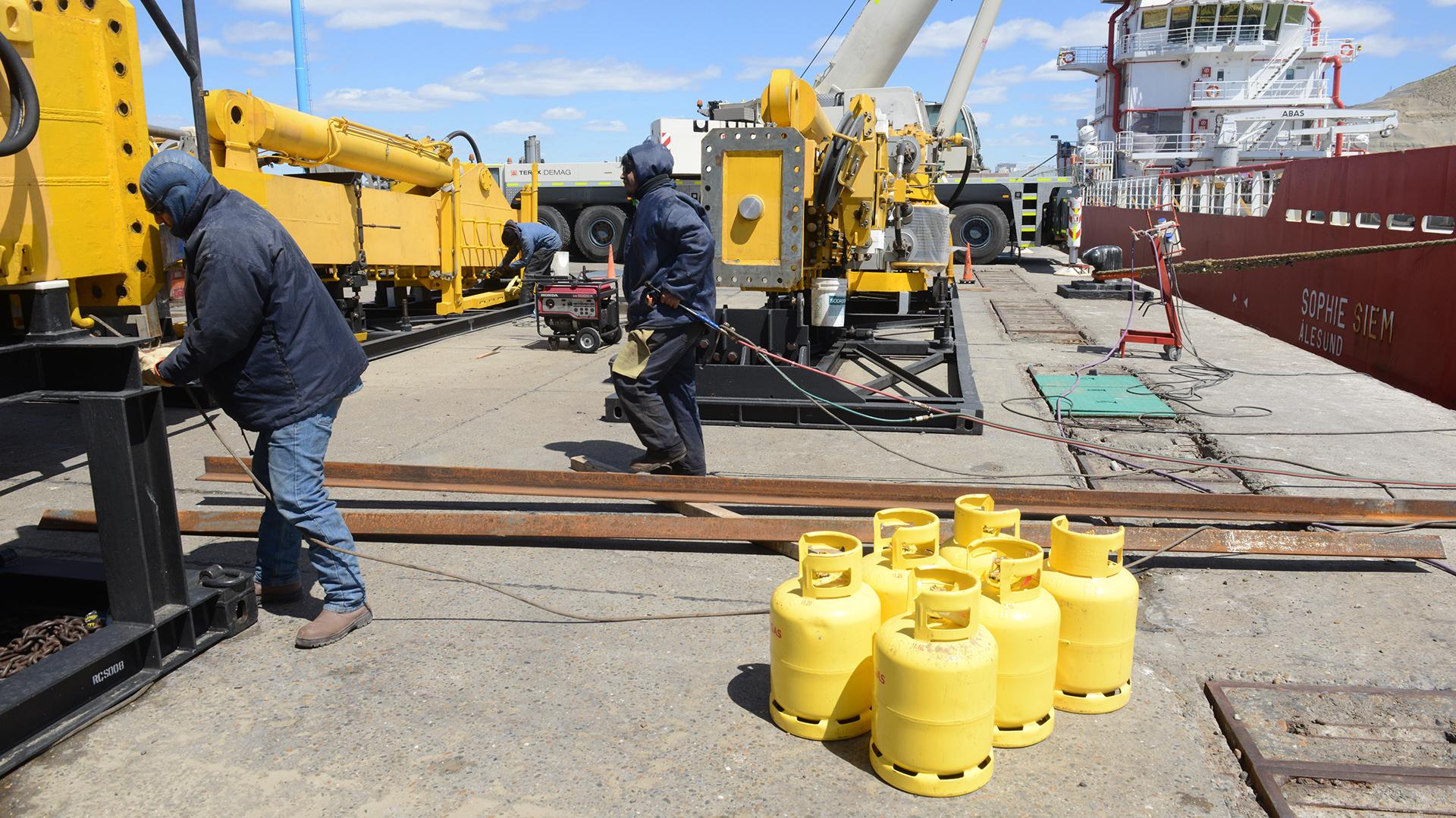 Trabajo a contrarreloj en el puerto de comodoro luego del anuncio de la armada radio mercantil - Trabajo en el puerto ...