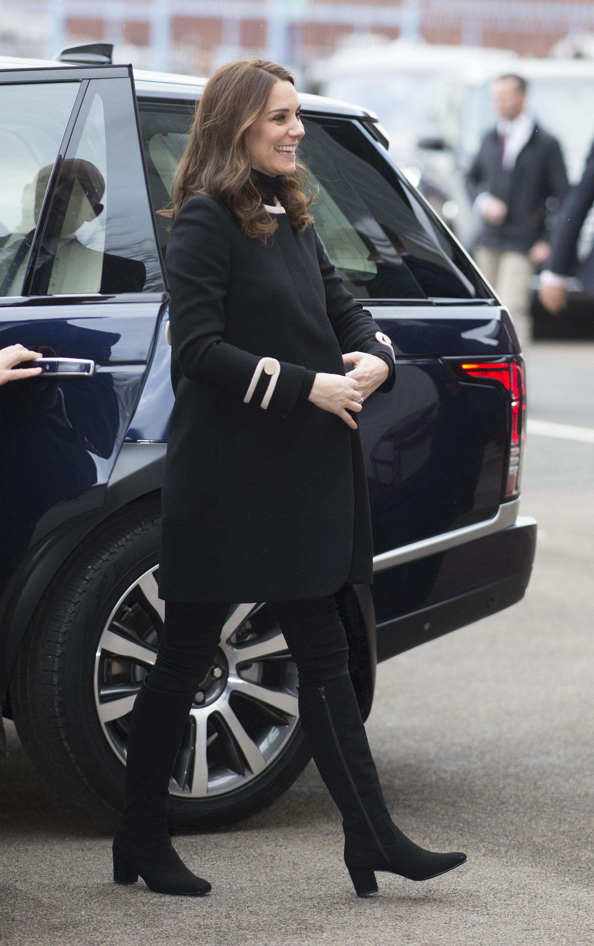 La duquesa lució un completo look en negro y, a través de su tapado, dejó asomar su panza de embarazada