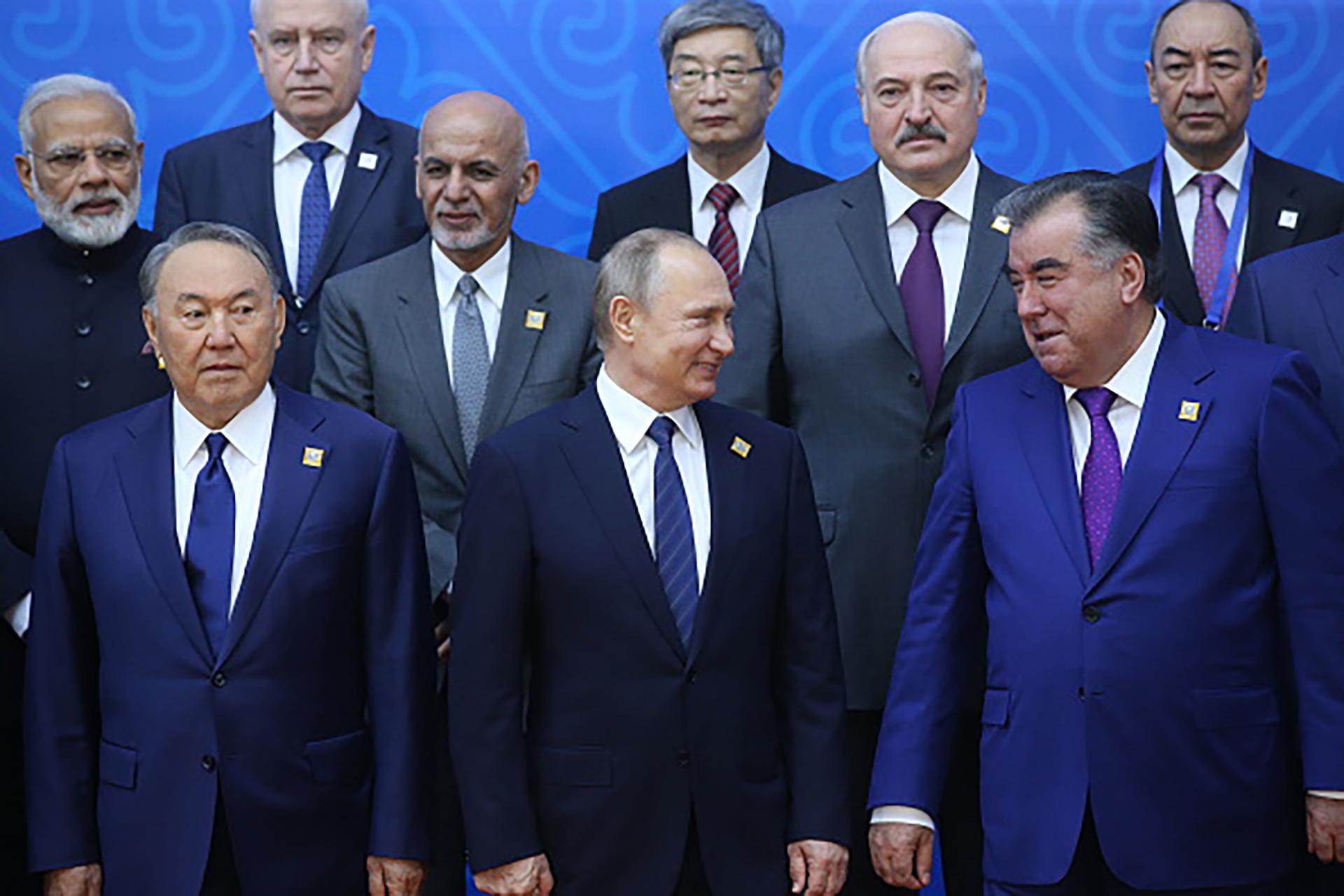 Nursultan Nazarbayev junto al presidente ruso Vladimir Putin y Emomali Rahmon, mandatario de Tayikistán