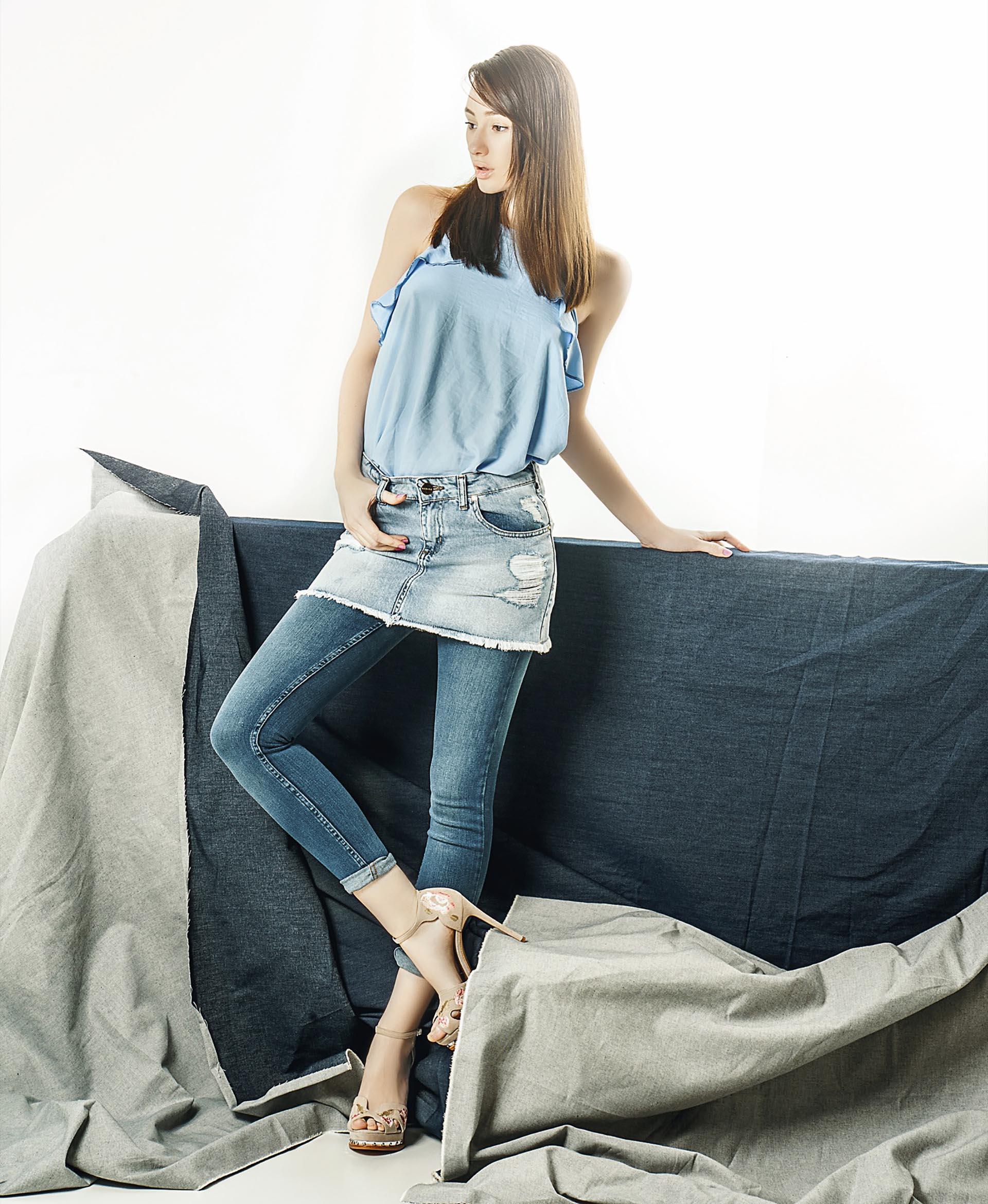 Top con volados ($ 300, Asthenia), pollera desflecada ($ 1.295, Ossira), chupín de jean ($ 978, Scombro)y sandalias de gamuza con detalle bordado ($ 6.389, Paruolo). Foto Juan Jauregui/ Para Ti