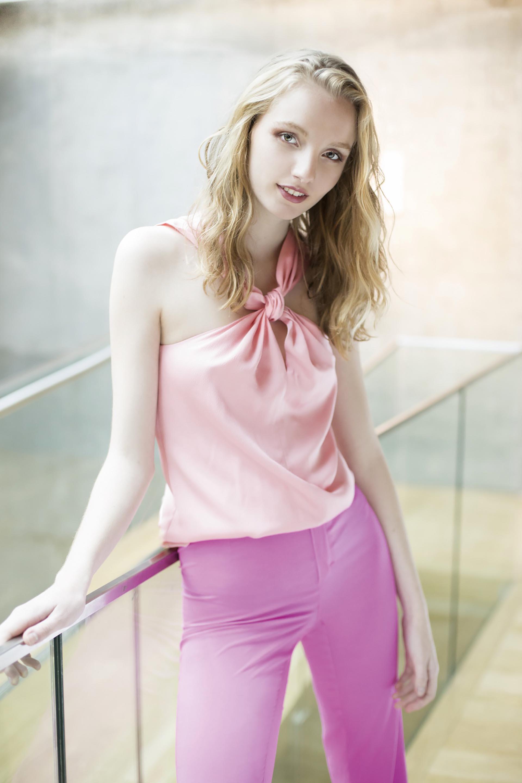 Blusa de seda con nudo (Mishka) y pantalón de seda ($ 4.590, Trosman).Fotos Conejo Collins/Para Ti