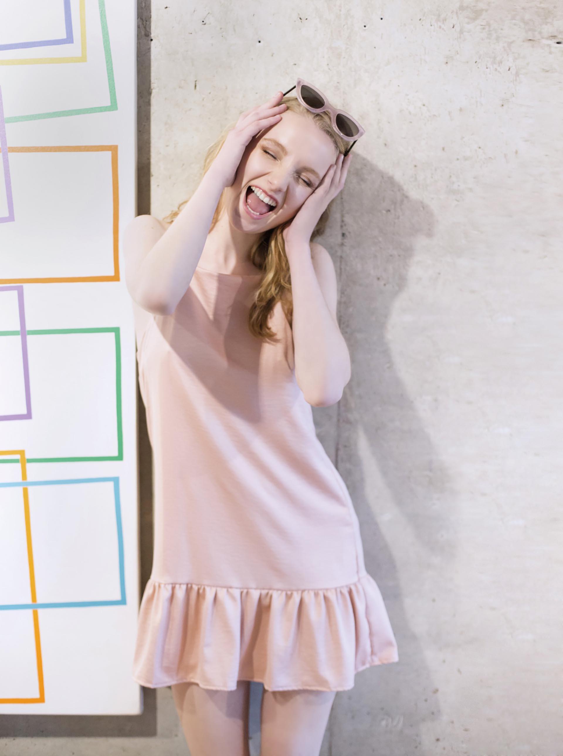 Vestido corto de seda ($ 1.500, Zhoue) y lentes de sol ($ 1.990, Las Pepas).Fotos Conejo Collins/Para Ti