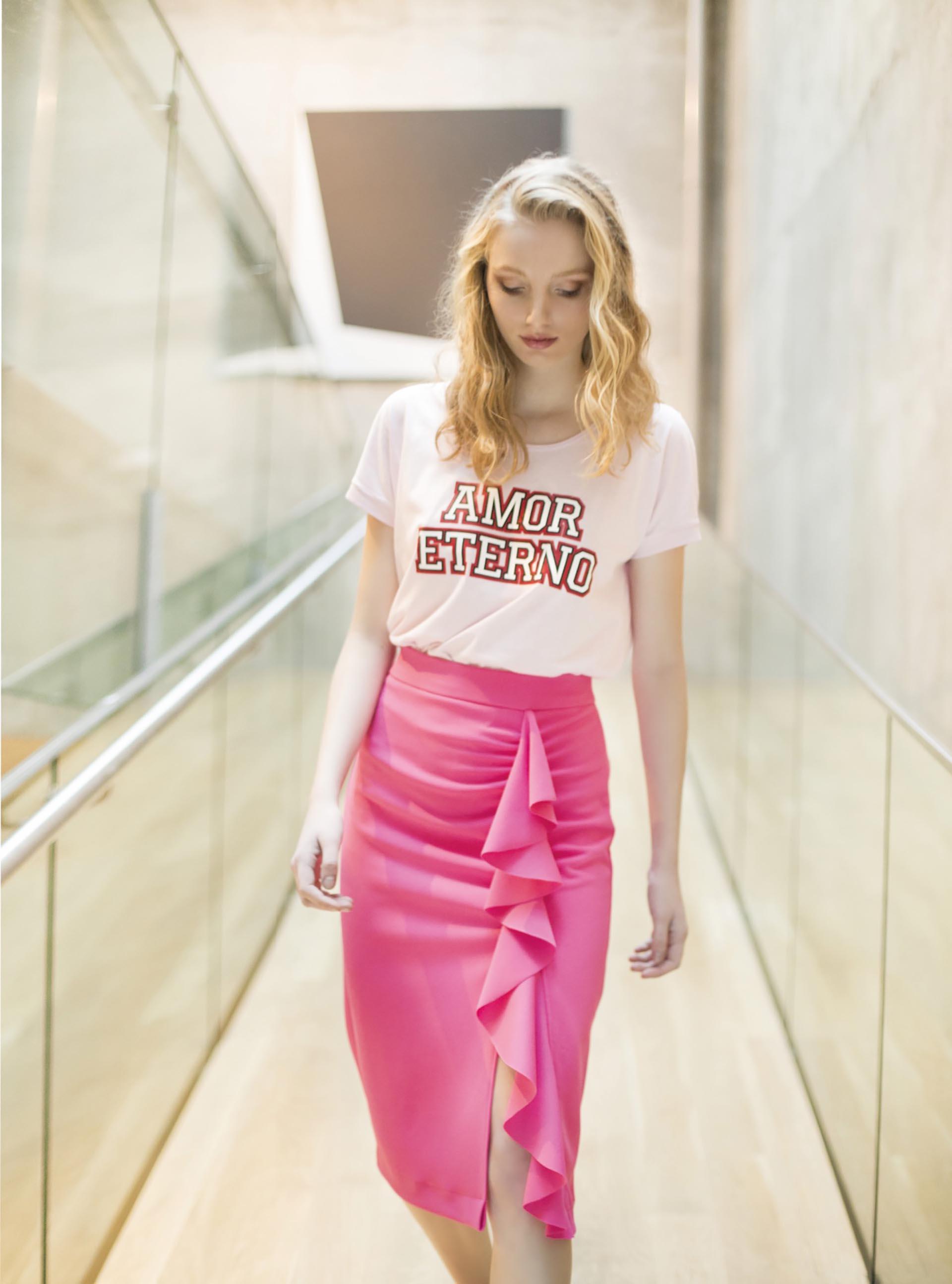 Remera de algodón con estampa ($ 690, Kosiuko) y falda midi con volados ($ 1.200, Melocotón).Fotos Conejo Collins/Para Ti