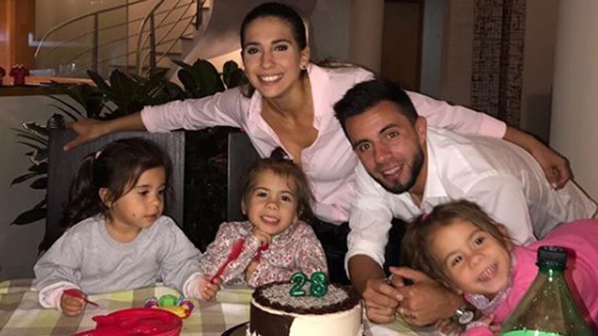 El futbolista le había reclamado no poder pasar su cumpleaños junto a sus hijas, Charis, Bella y Francesca