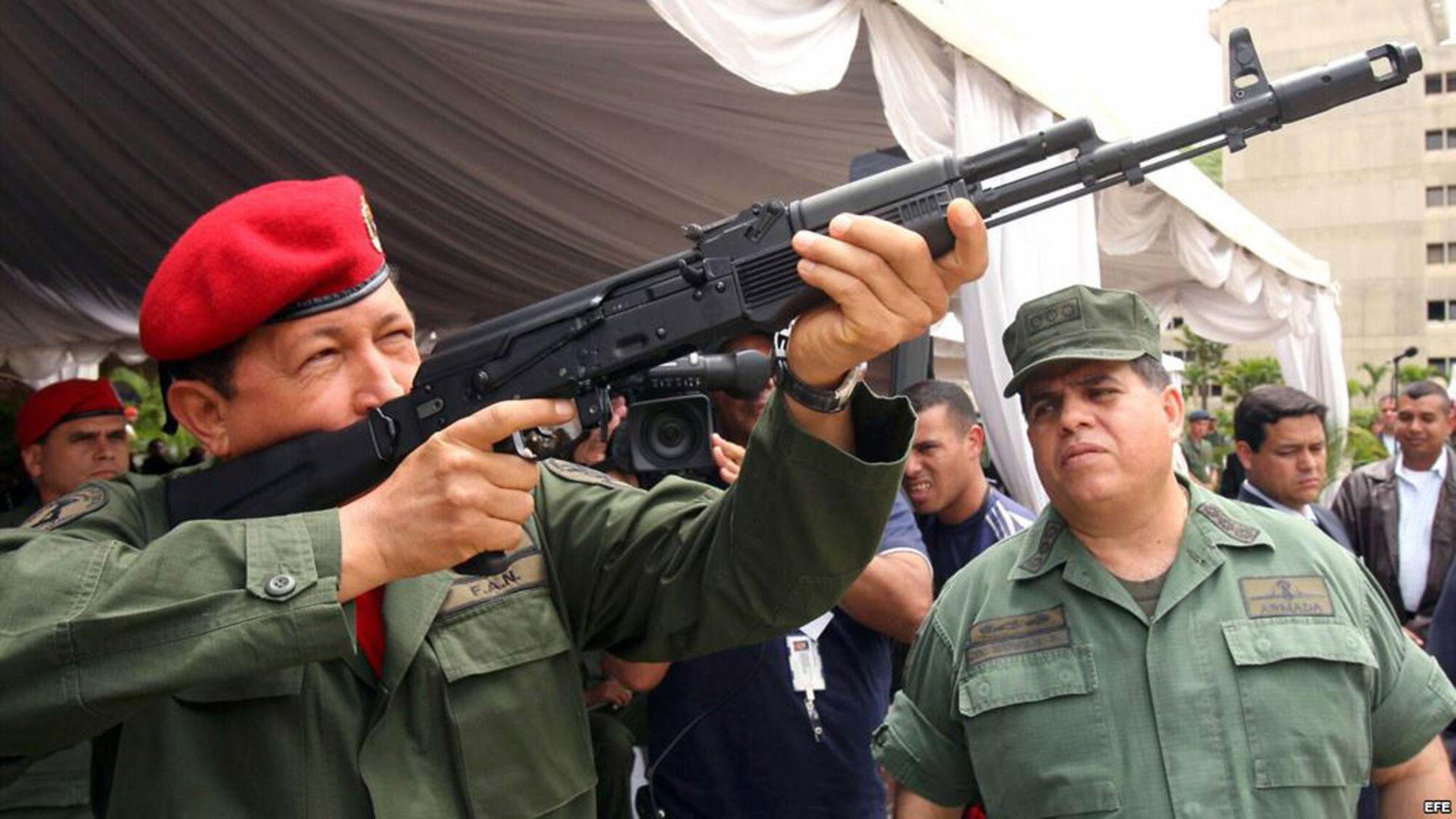 Hugo Chávez manipulando un fusil de asalto Kalashnikov AK-103 en 2006, cuando ganó sus terceras elecciones presidenciales (Reuters)