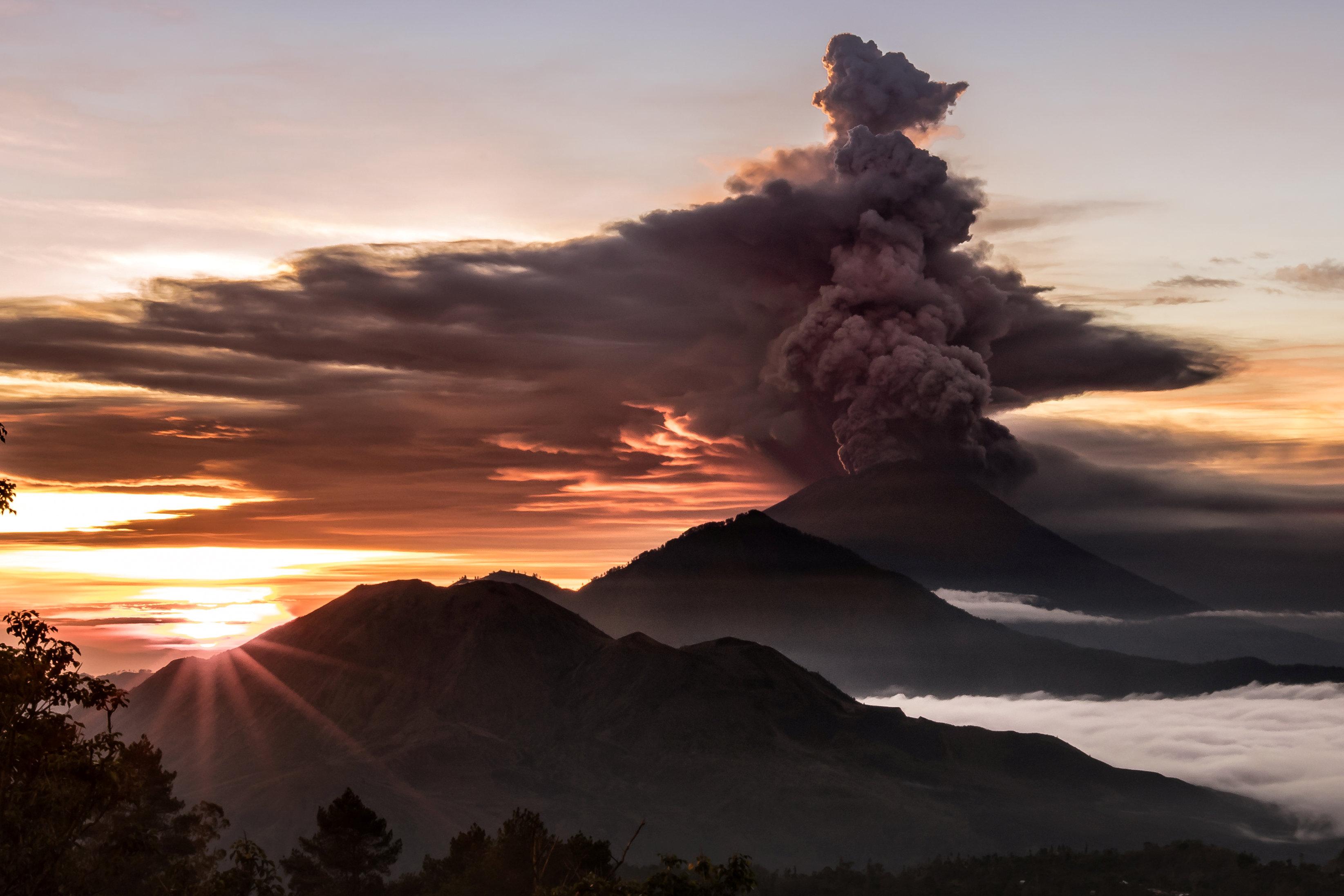 El volcánAgung este domingo (EMILIO KUZMA-FLOYD/via REUTERS)