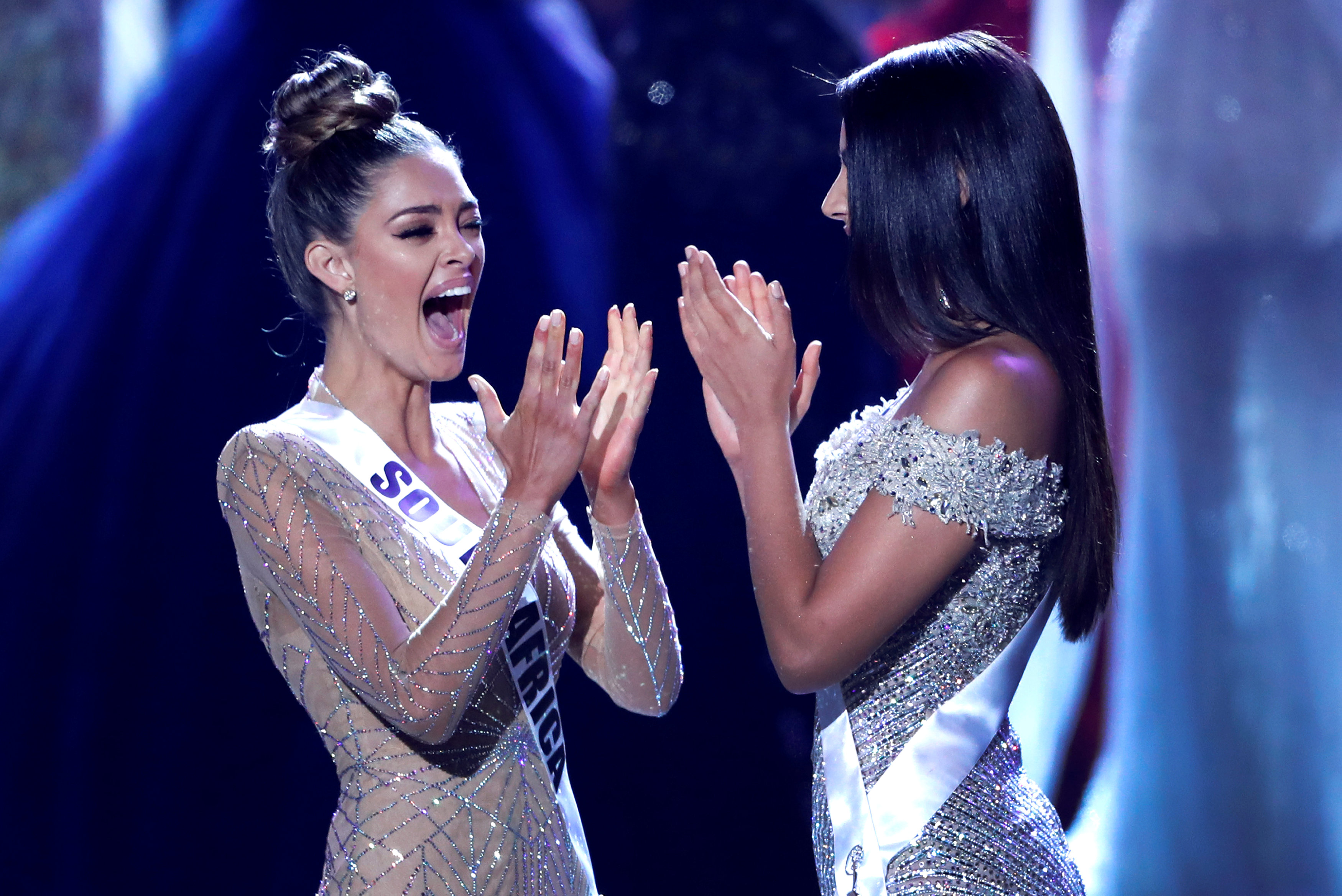 Demi-Leigh Nel-Peters junto con Miss Colombia, Laura González (Reuters/Steve Marcus)