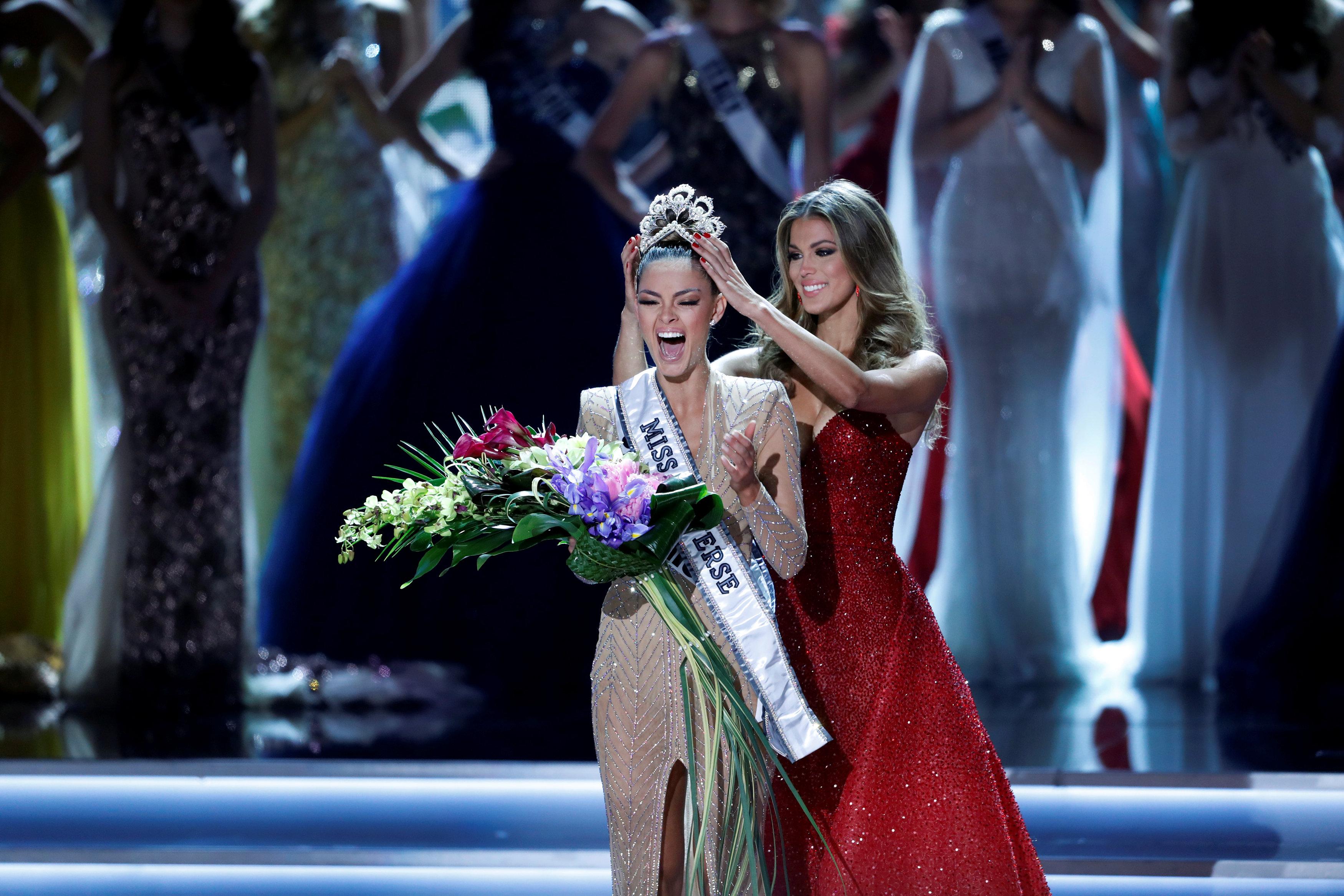 Miss Sudáfrica, Demi-Leigh Nel-Peters, es coronada Miss Universo por su antecesora, Iris Mittenaere (Reuters/Steve Marcus)