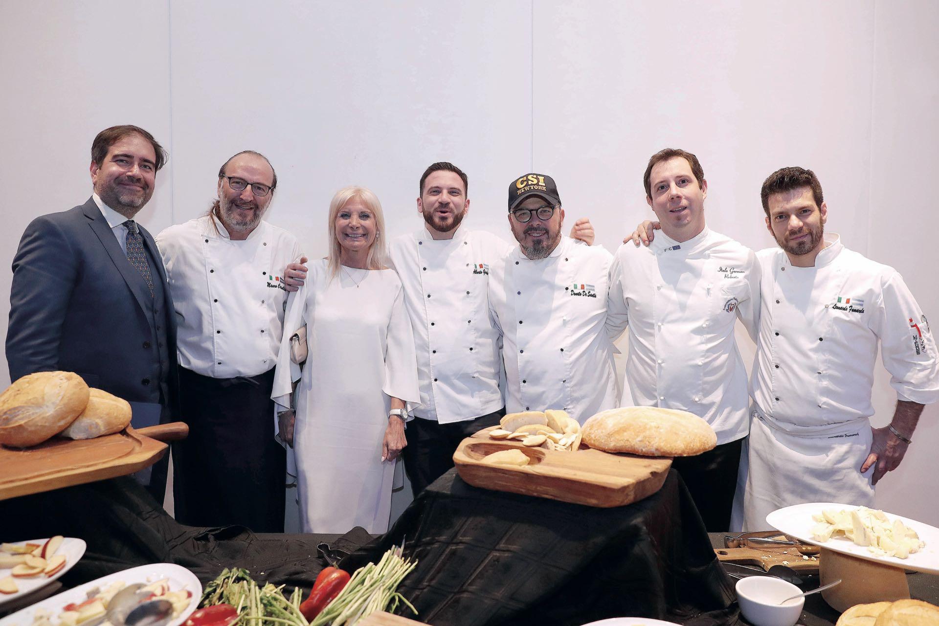 La embajadoraTeresa Castaldo,gran anfitriona,en la cocina delhotel y con los chefs. Foto: Francisco Trombetta/GENTE
