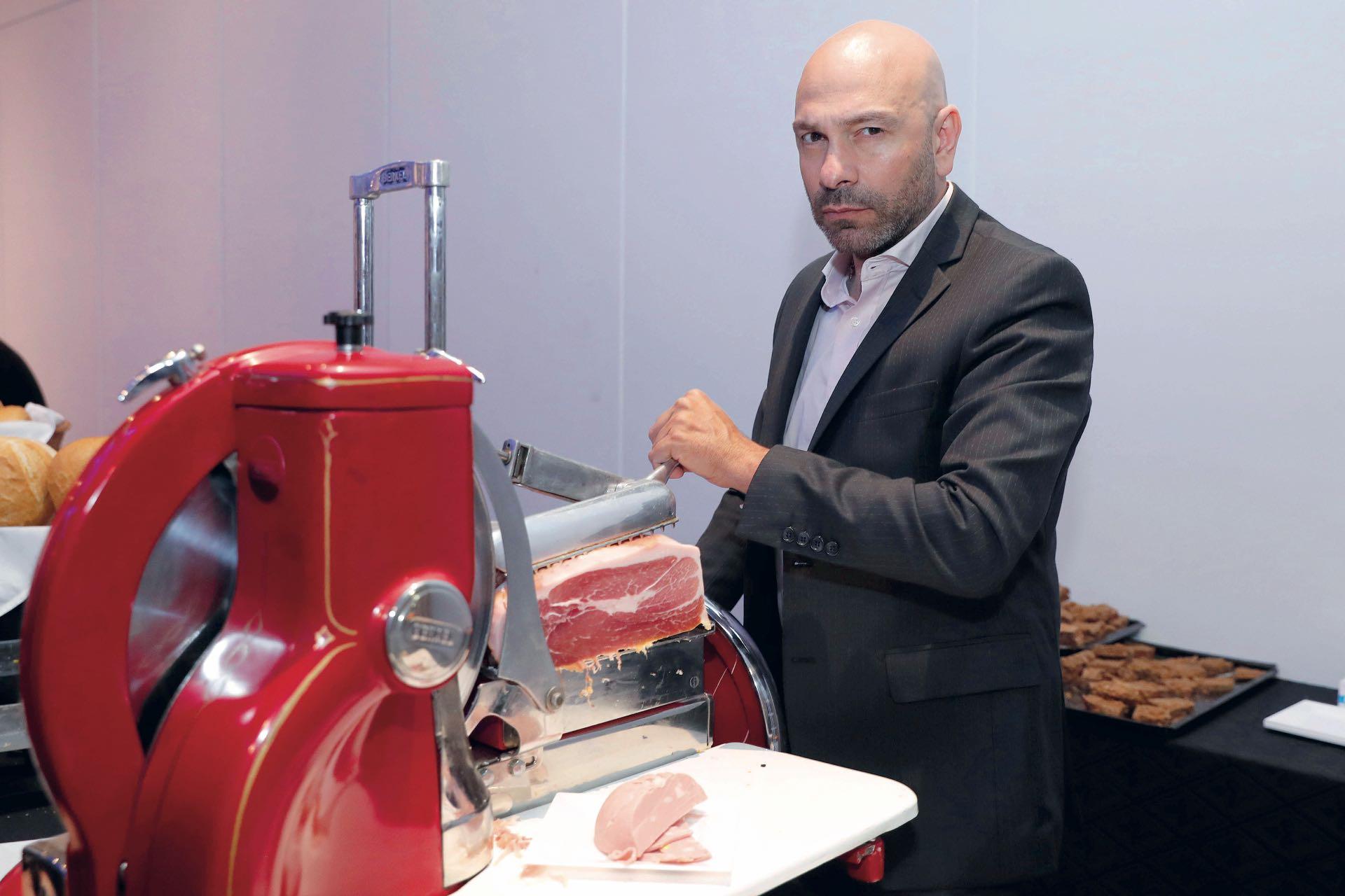 Freddy Villarreal se da el gusto de cortar el jamón de Parma. Foto: Francisco Trombetta/GENTE