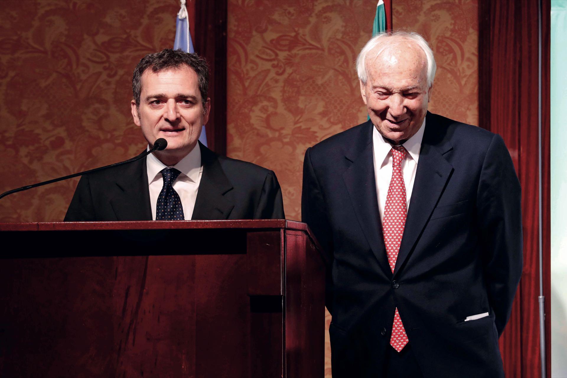 El cónsul Riccardo Smimmo, alma mater de la noche, al micrófono. Francisco Trombetta/GENTE
