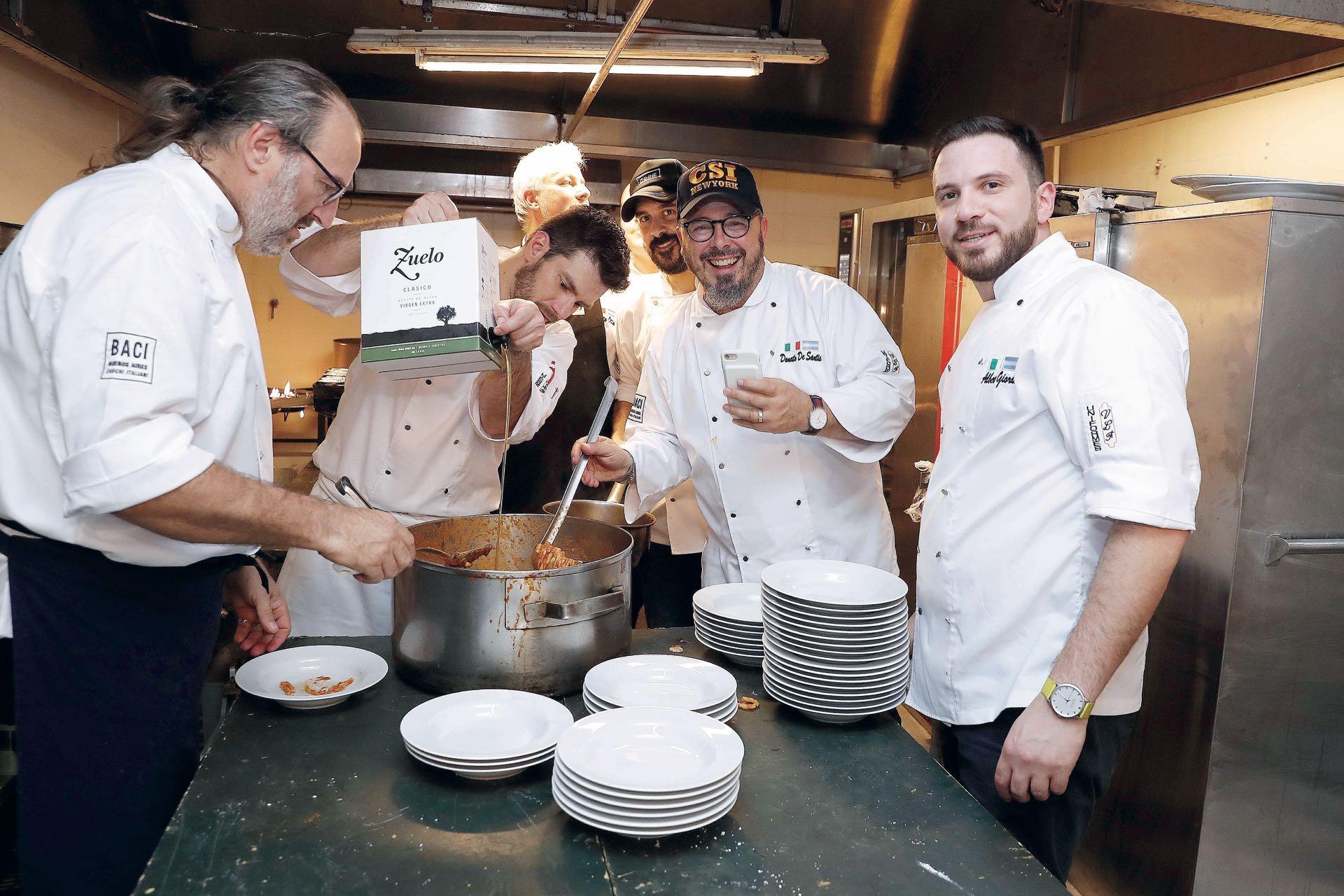 Los maestros, preparando una de las delicias que se sirvieron en el Panamericano. Foto: Francisco Trombetta/GENTE