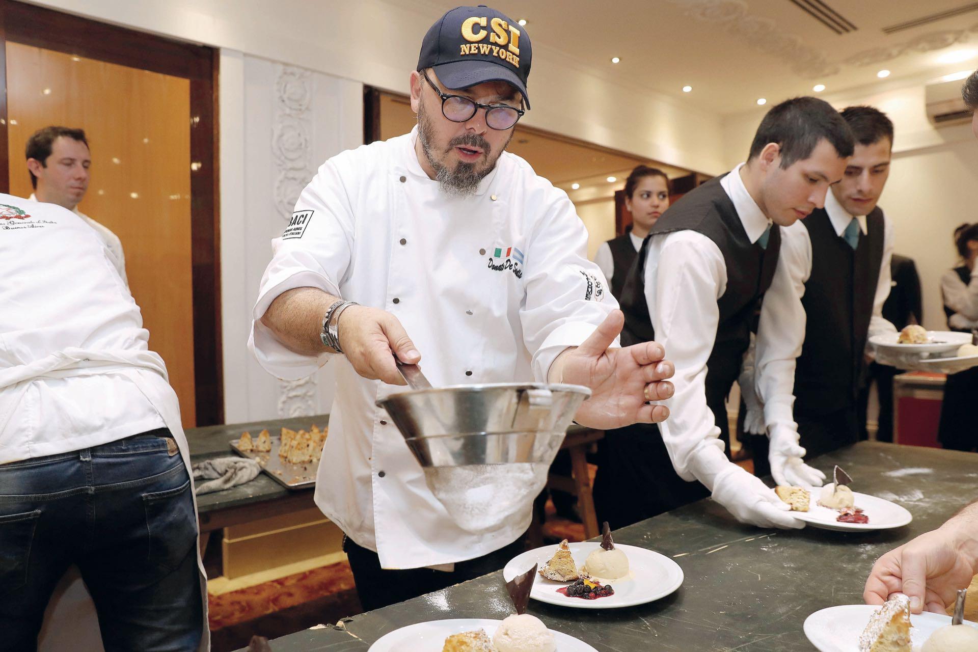 Donato espolvorea la pasticceria, que llegará después de la cena. Foto: francisco Trombetta/GENTE