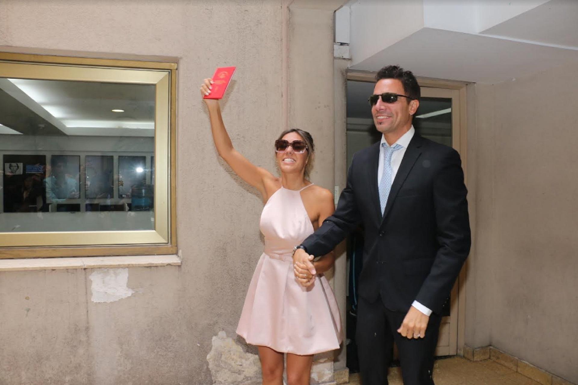 Floppy Tesouro y Rodrigo Fernández Prieto se casaron el lunes 27 en el Registro Civil de la calle Uruguay y el sábado 2 realizarán una mega fiesta para 250 invitados en Punta del Este. La pareja dio el sí pasado el mediodia y estuvieron acompañados por su hija, Moorea, de un año (Crédito: Verónica Guerman/Teleshow)