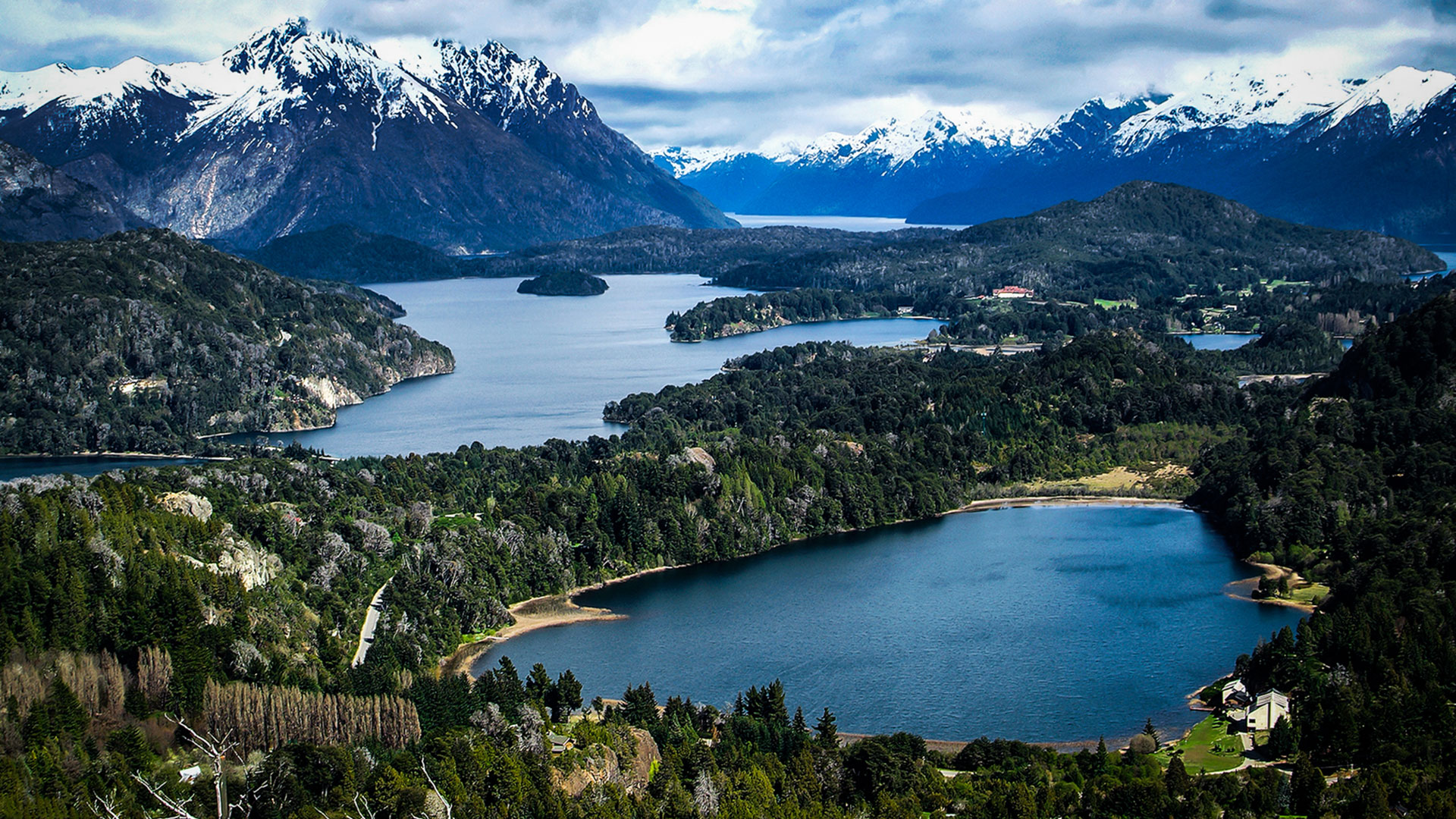 En los márgenes del lago que le da nombre, se ubican las ciudades de San Carlos de Bariloche y Villa Langostura, famosos centros de esquí internacionales. Cientos de mamíferos, aves árboles, autóctonos y peces únicos en su tipo pueblan cada rincón del famoso parque (Fotos: Parques Nacionales)