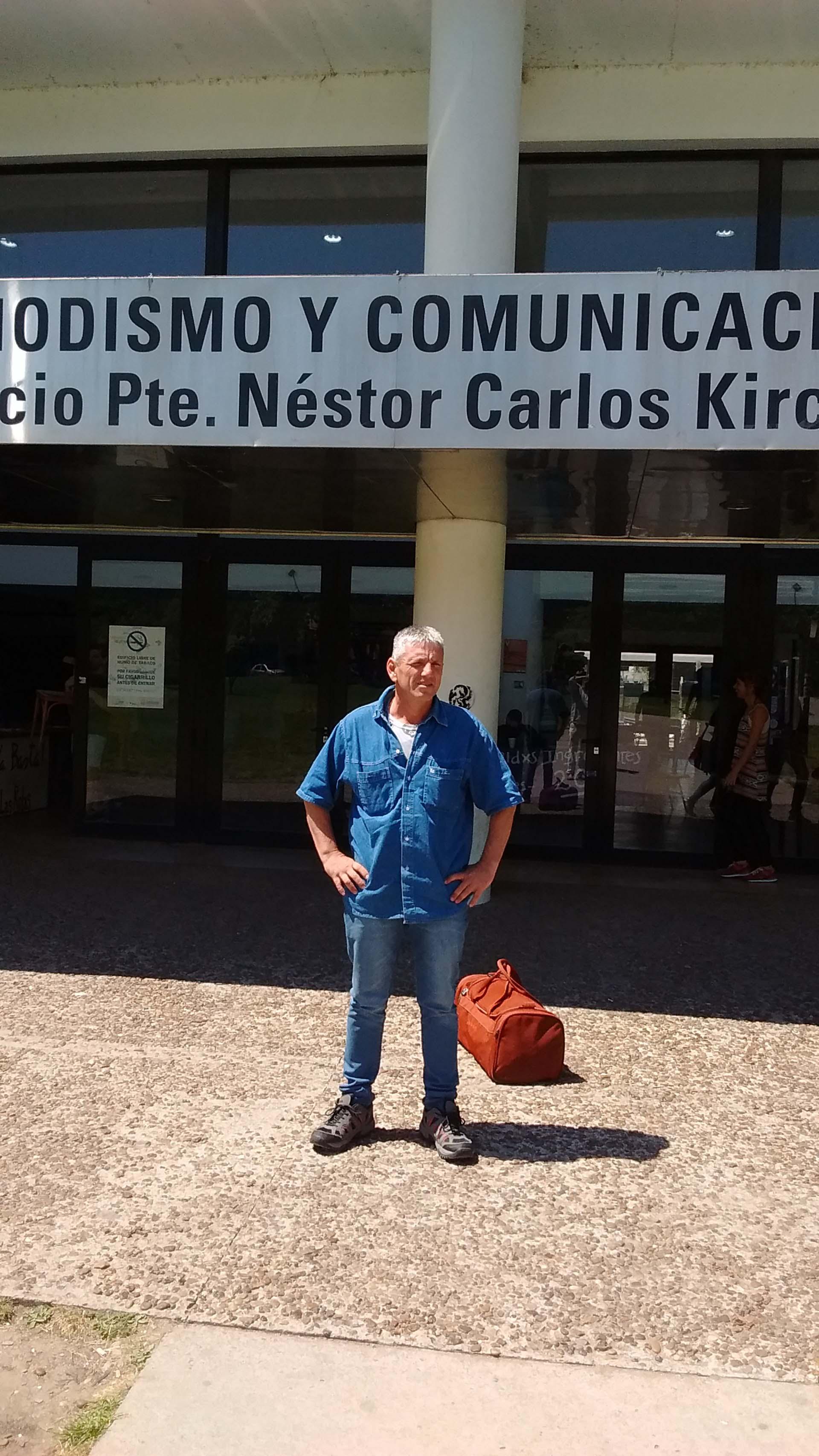 En puerta de la Facultad de Periodismo de la Universidad Nacional de La Plata, donde cursa las últimas materias de la carrera