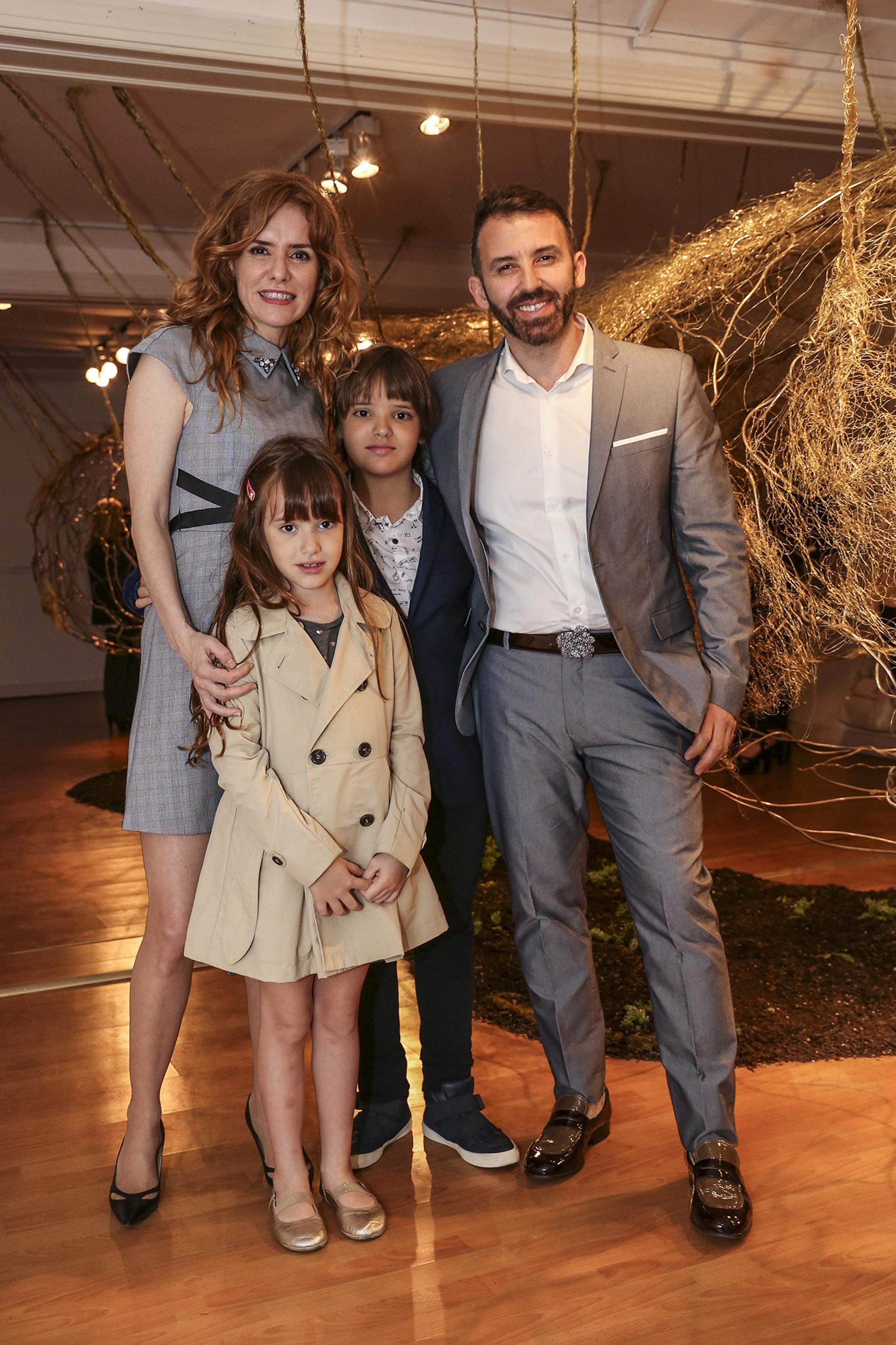 Karina El Azem con sus hijos Lorenzo y Esmeralda Pettinato